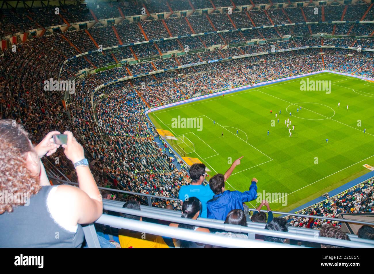 Persone a Santiago Bernabeu Stadium durante la partita di calcio della squadra del Real Madrid. Madrid, Spagna. Immagini Stock