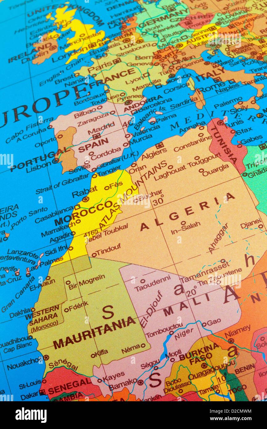 Una mappa di Europa occidentale con il Regno Unito , incluso il Nord Africa con l'Algeria e Mali su un globo Immagini Stock