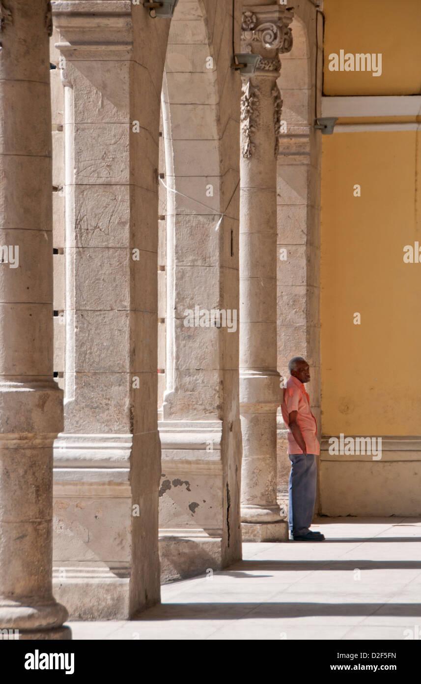 Locale uomo cubano tra l'architettura della Plaza Vieja, Habana Vieja, Havana, Cuba Immagini Stock