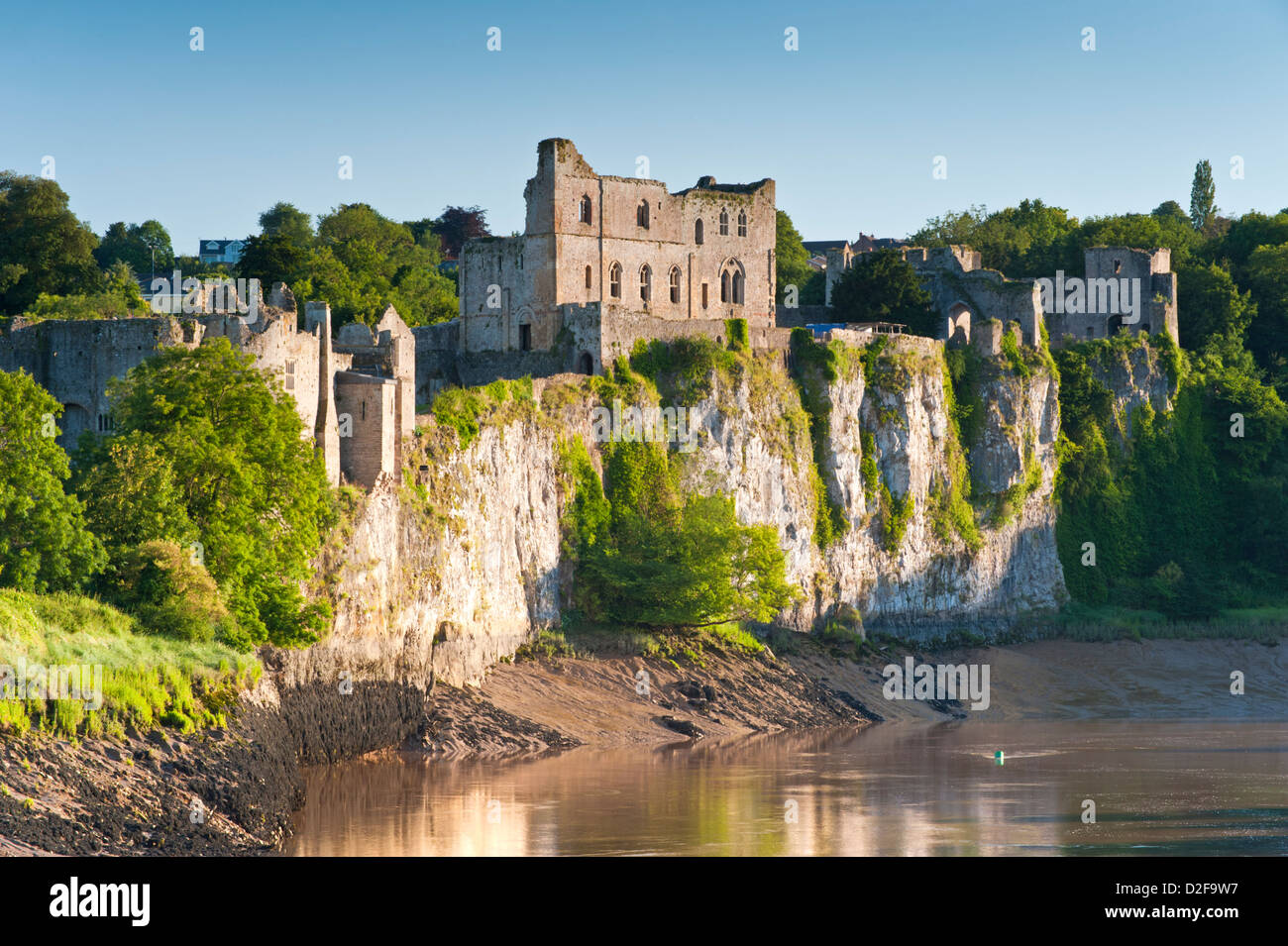 Chepstow Castle e il fiume Wye, Chepstow, Monmouthshire, South Wales, Regno Unito Foto Stock