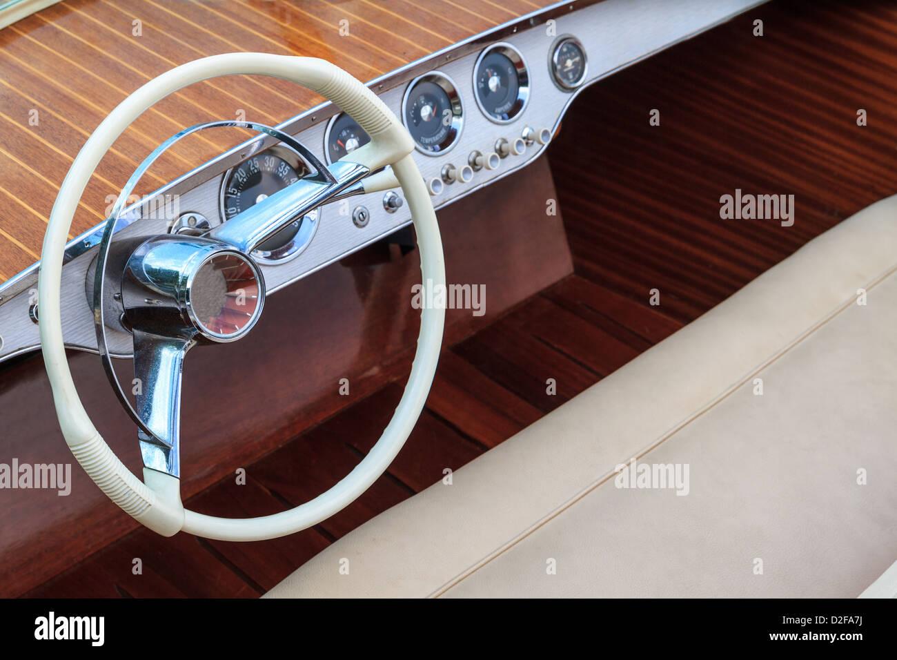 Volante e sedili in pelle di lusso in legno barca a motore Immagini Stock