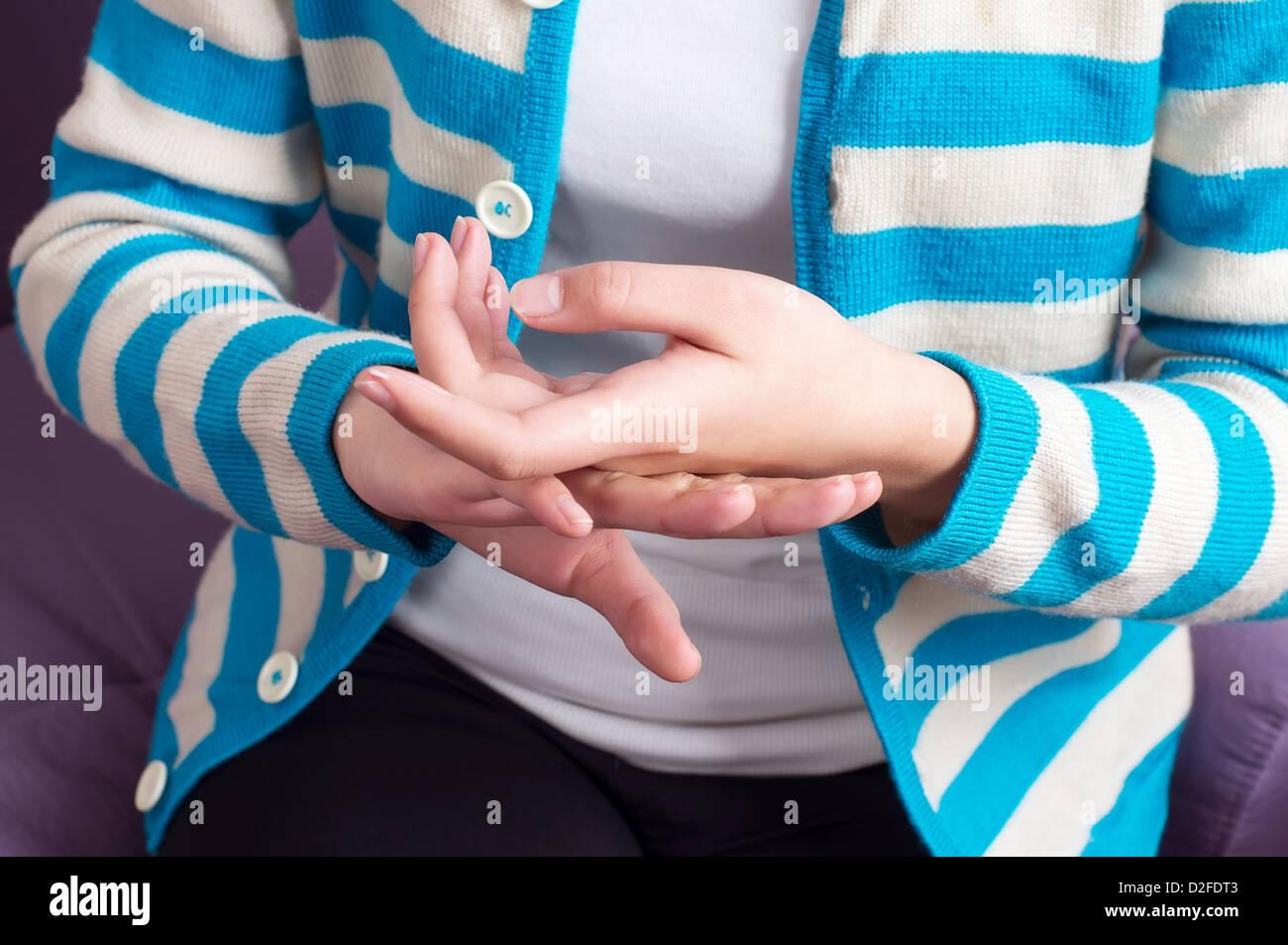 Close-up donna rub Crema mani. Immagini Stock