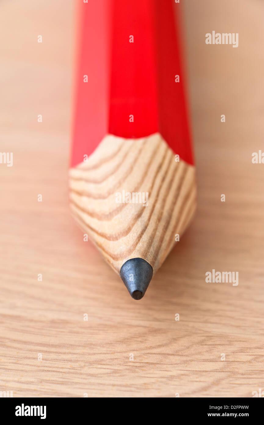Close up particolare del filo di una matita rossa su uno sfondo di legno Immagini Stock