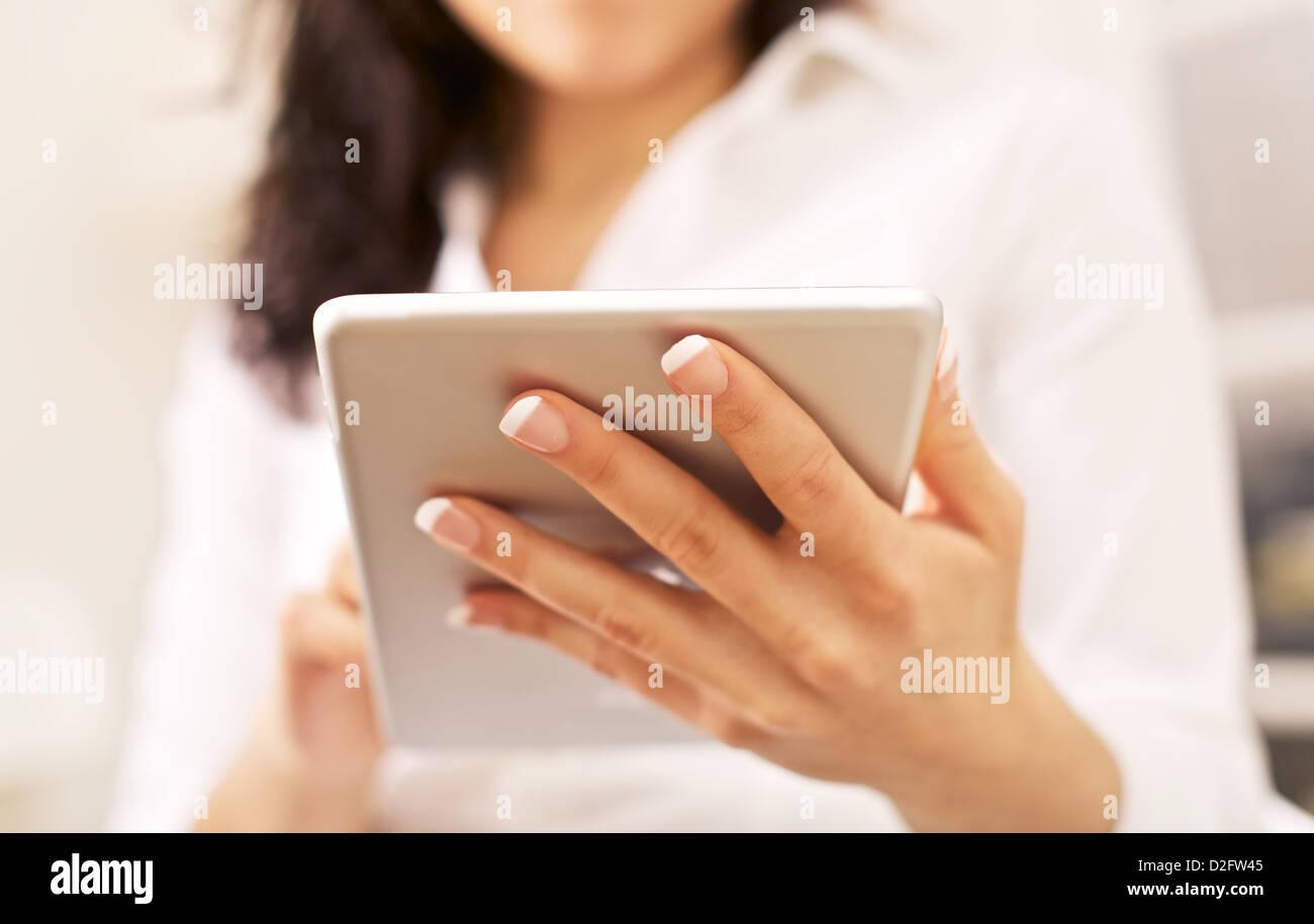 Donna aziendale con portatile tablet pc sulla sua mano Immagini Stock