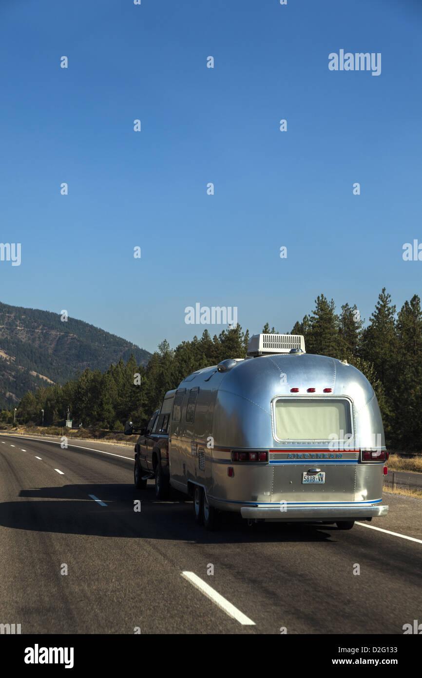 Un classic silver Airstream trailer di viaggio sulla I-90 in Montan USA Immagini Stock