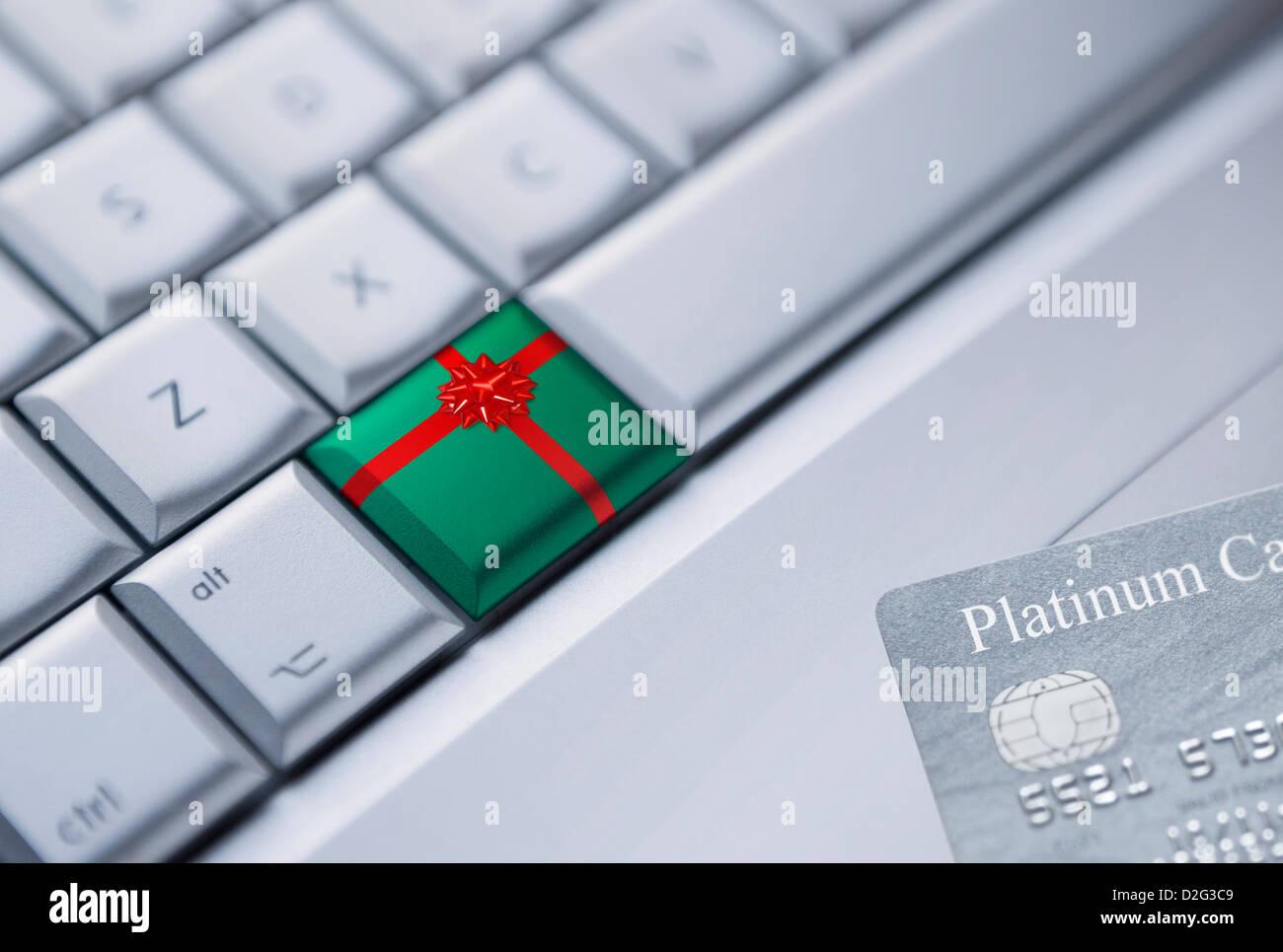 Internet shopping online con il concetto di dono e di carta di credito Immagini Stock