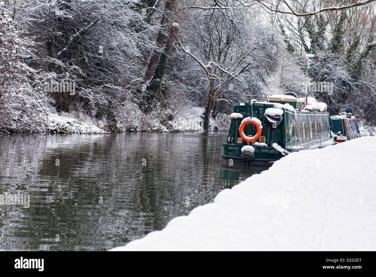 Narrowboats sulla Oxford Canal a Banbury in inverno, Oxfordshire. Immagini Stock