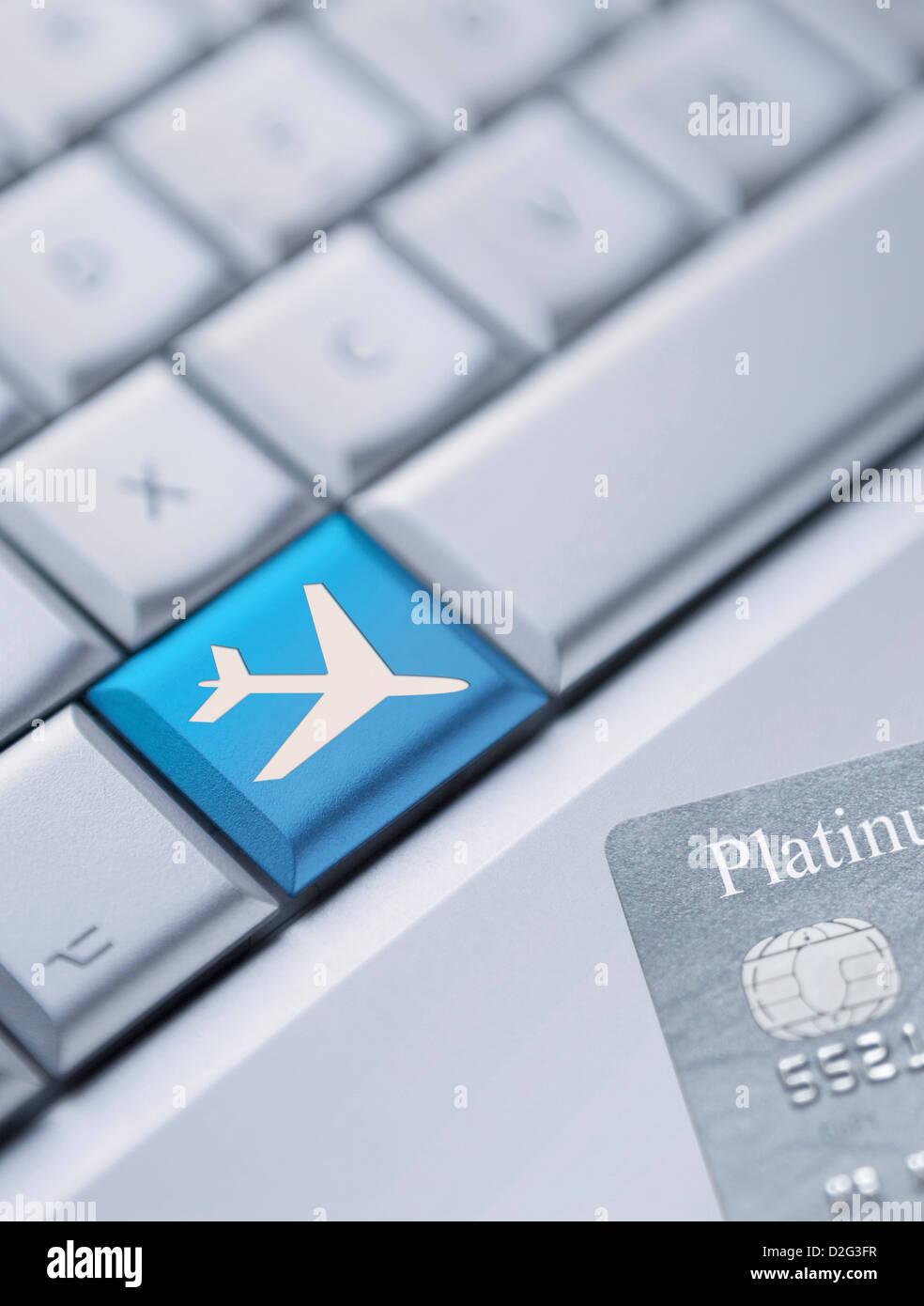 Dettaglio di una tastiera portatile con una chiave di colore blu con un simbolo piano su di essa e una carta di Immagini Stock