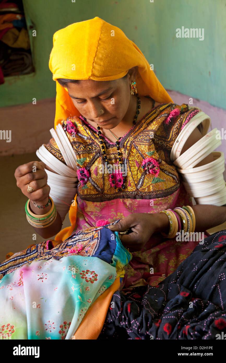 India Rajasthan, deserto di Thar, donna nel tradizionale costume di Rajasthani cucito Immagini Stock