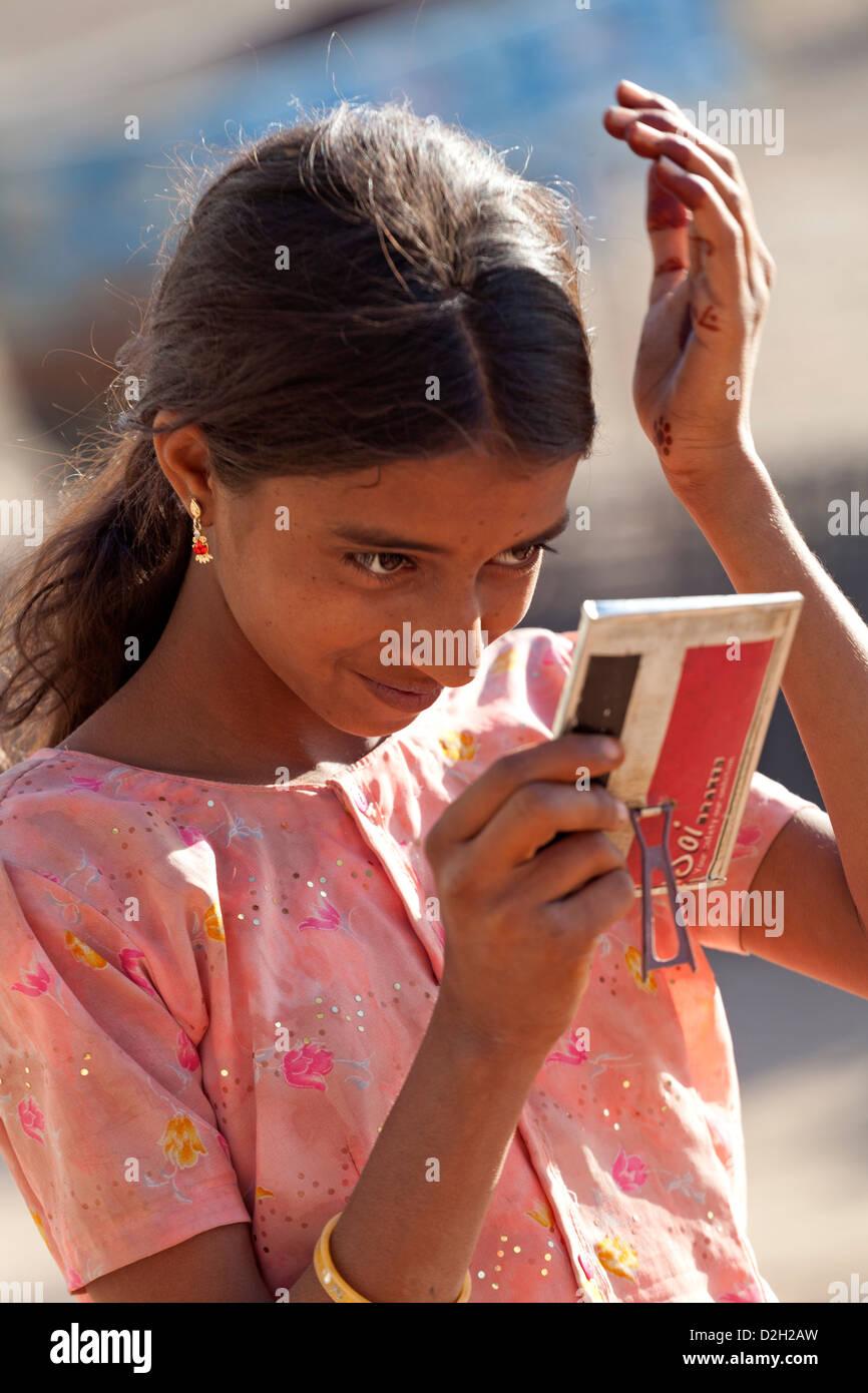 India Rajasthan, Jodhpur, villaggio giovane ragazza con specchio a mano Immagini Stock