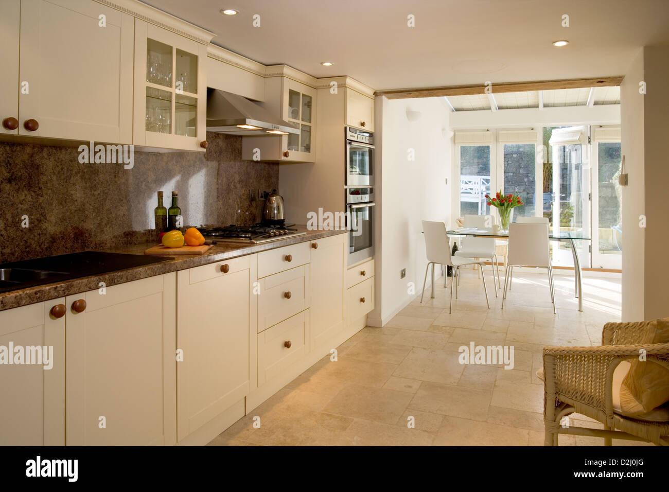 Uno stile contemporaneo cucina con area da pranzo Foto & Immagine ...