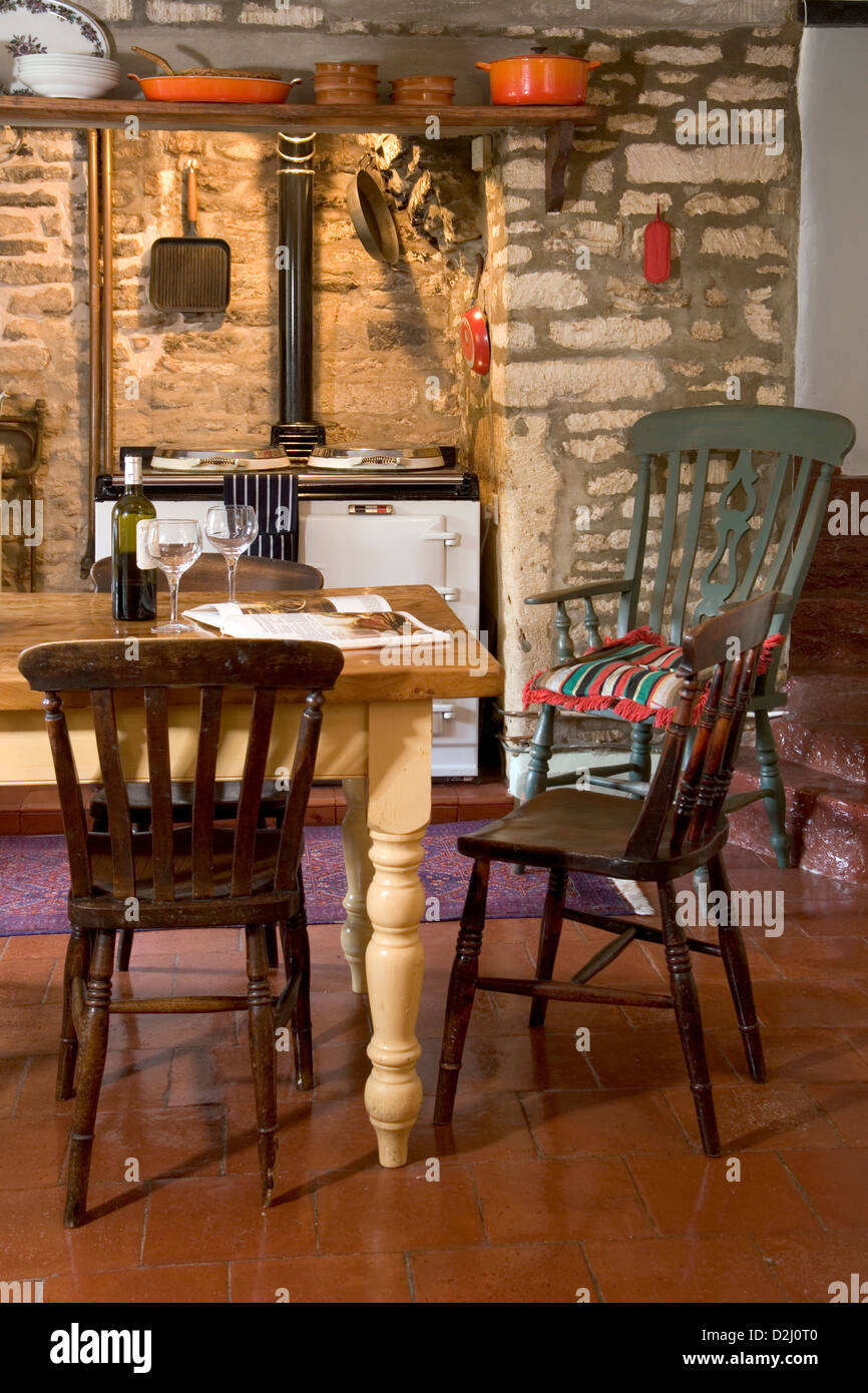 Agriturismo cucina di stile antico camino in pietra e aga cooker ...