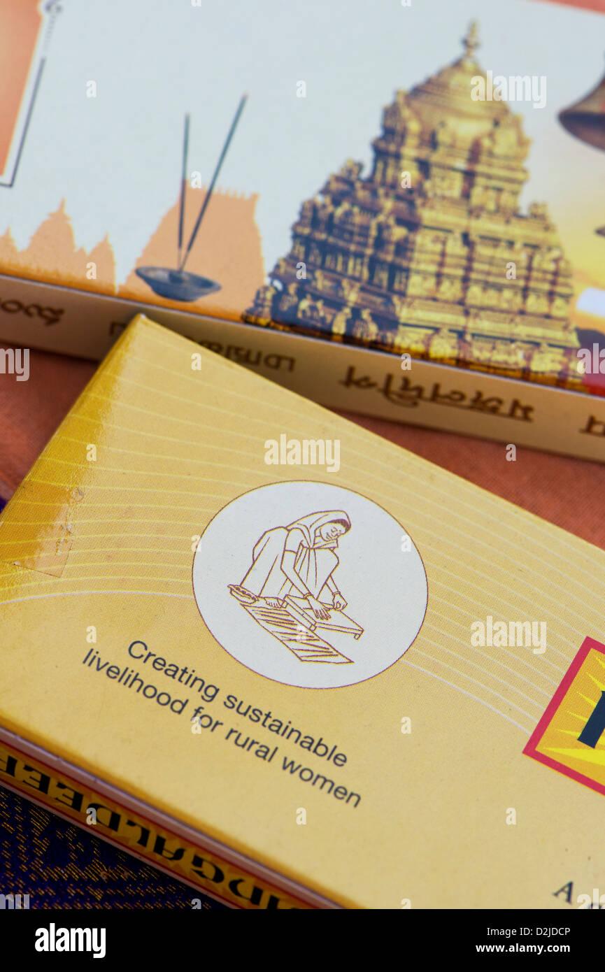 Creazione di sostentamento per le donne in ambito rurale etichetta sul bastone di incenso di pacchetti. India Immagini Stock