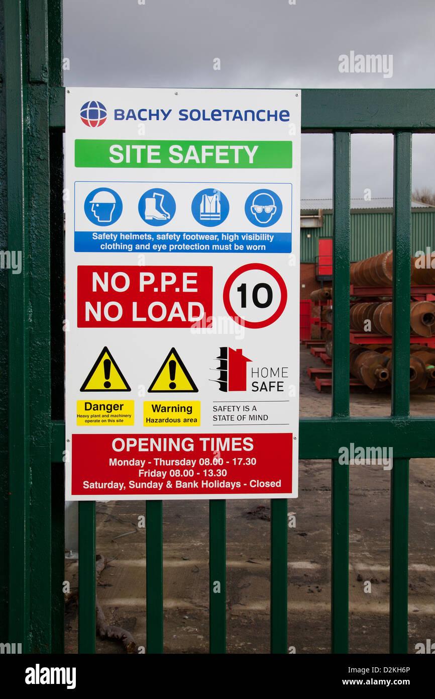 Sito in costruzione istruzioni.'Sicurezza è uno stato della mente' Geotechnical Drilling Equipment Immagini Stock