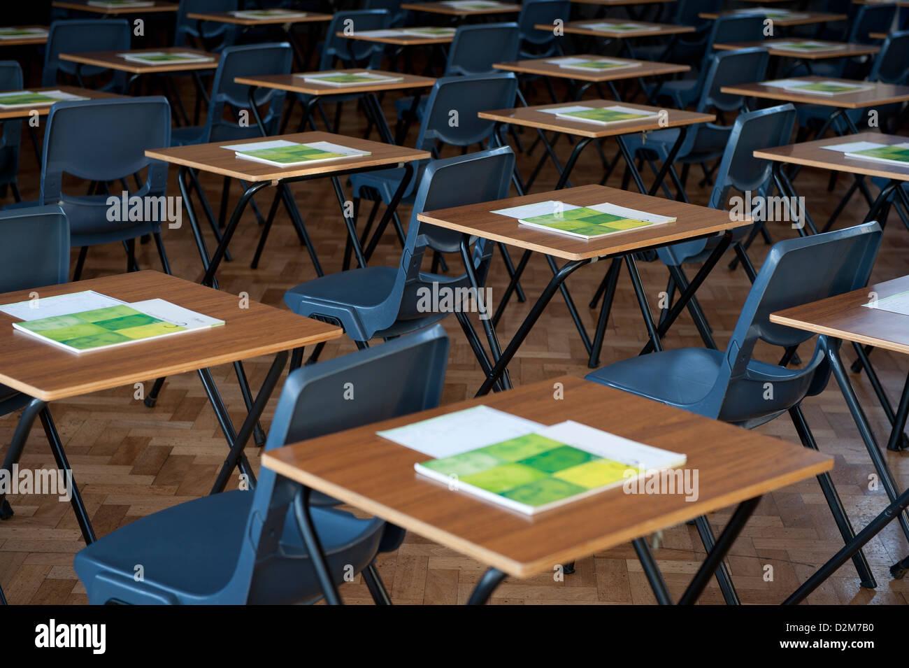 Scrivanie e tavoli stabiliti per gli esami in una università