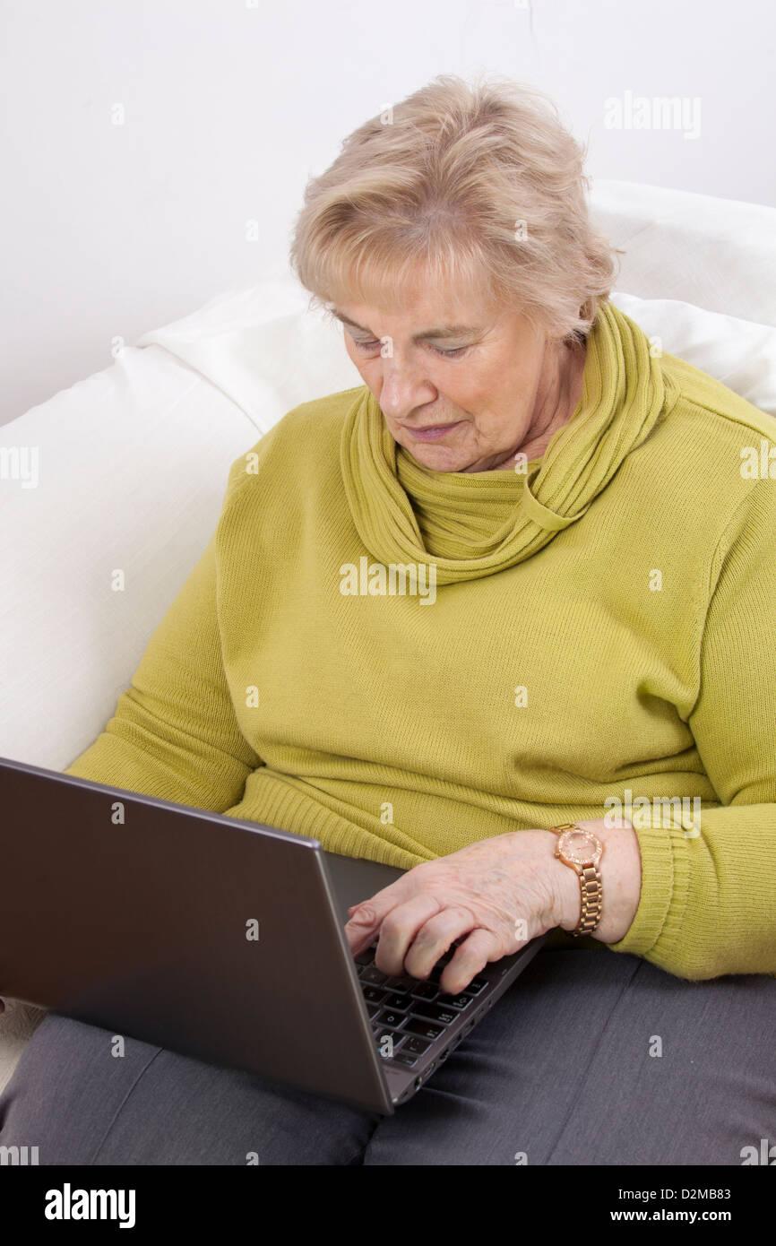 Coppia lady usando un computer portatile. Immagini Stock