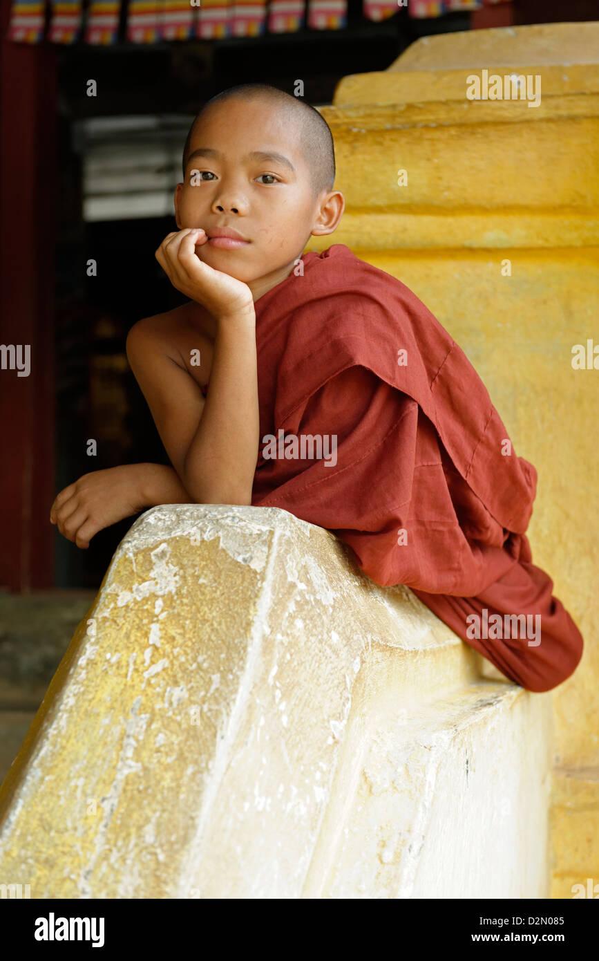 Monaco novizio, monastero Buddista, area Hsipaw, Stato Shan, Repubblica dell'Unione di Myanmar (Birmania), Asia Immagini Stock