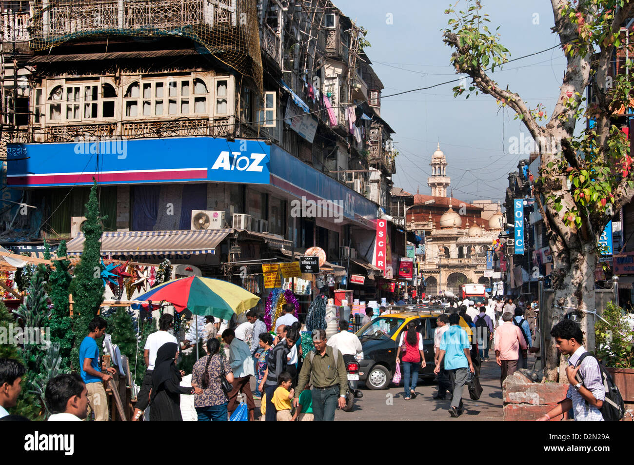 Sheikh Memon Street ( Zavari Bazaar ) Mumbai ( Bombay ) India vicino a Crawford background Mercato moschea Jama Immagini Stock