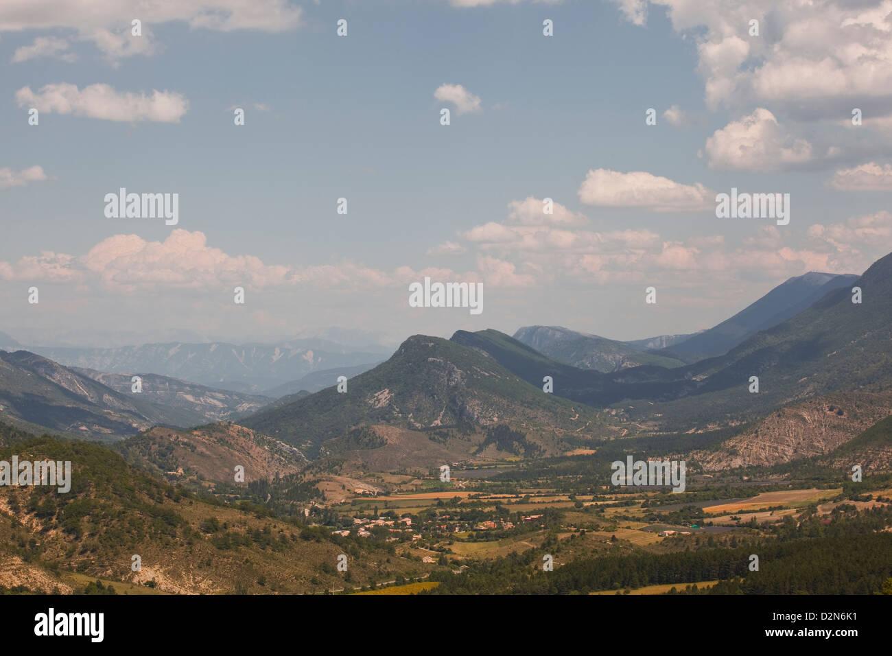 La vista verso la Montagne de Lure sul confine delle Alpes-de-Haute-Provence e Drome, Provence, Francia Immagini Stock