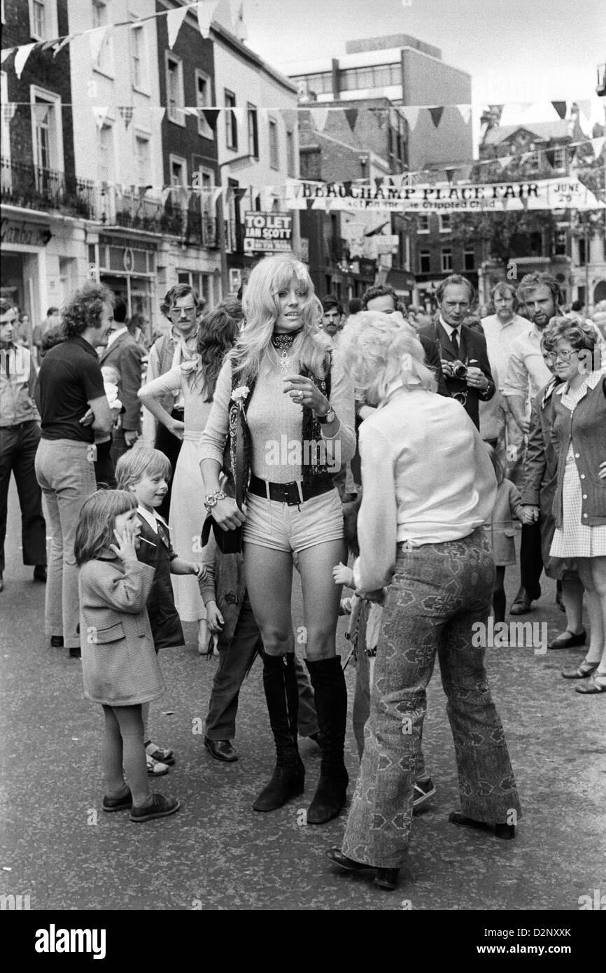 Anni Settanta womans fashion hot pants fashion Beauchamp Place street party Knightsbridge London SW3 70S UK HOMER Immagini Stock