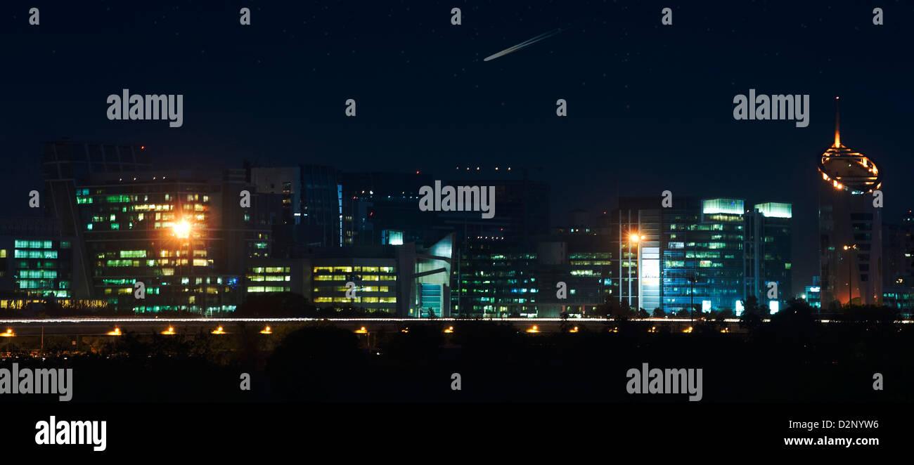 Grattacieli illuminata di notte, Gurgaon, Haryana, India Immagini Stock