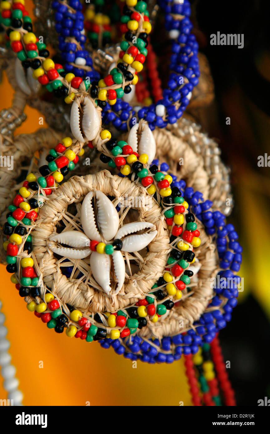 Usura Candomble stringhe di talloni realizzati di semi e conchiglie nei colori della divinità africane. A Cachoeira, Immagini Stock