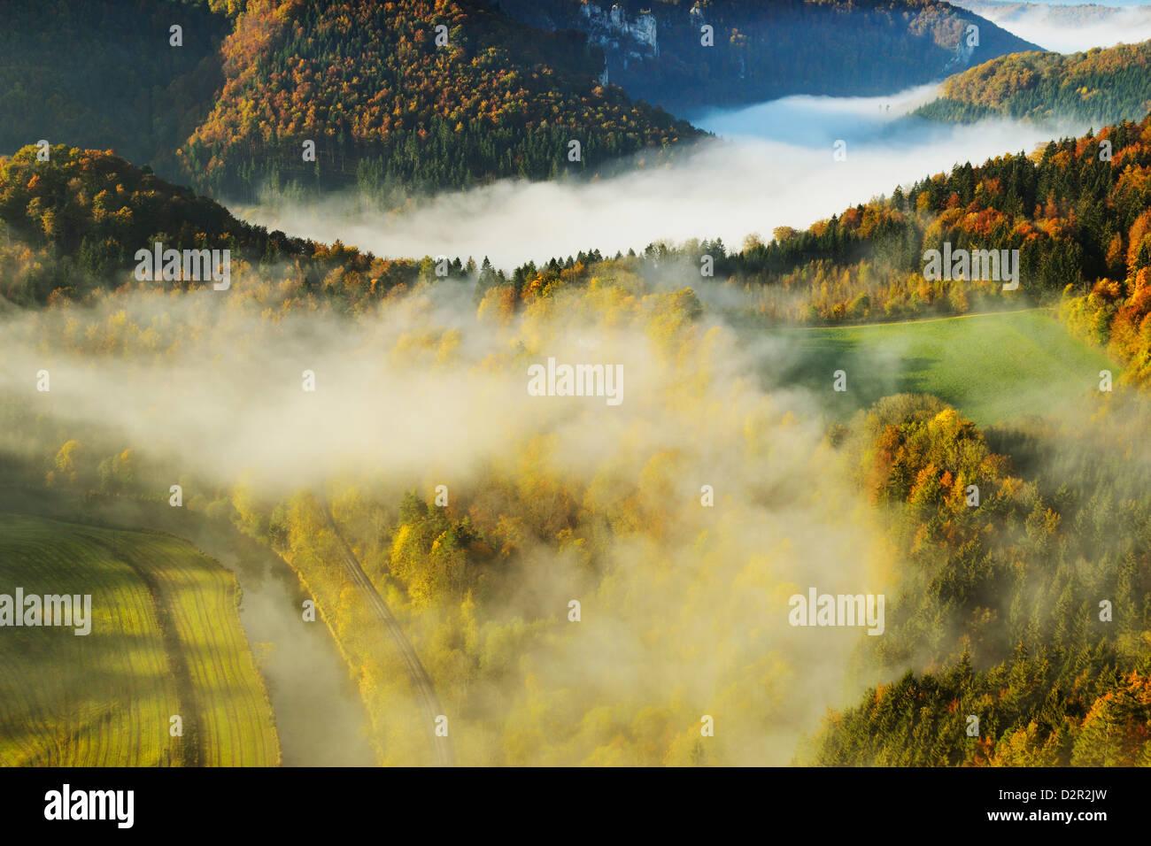 Vista da Eichfelsen della Donautal (Valle del Danubio), vicino a Beuron, Baden-Württemberg, Germania, Europa Immagini Stock