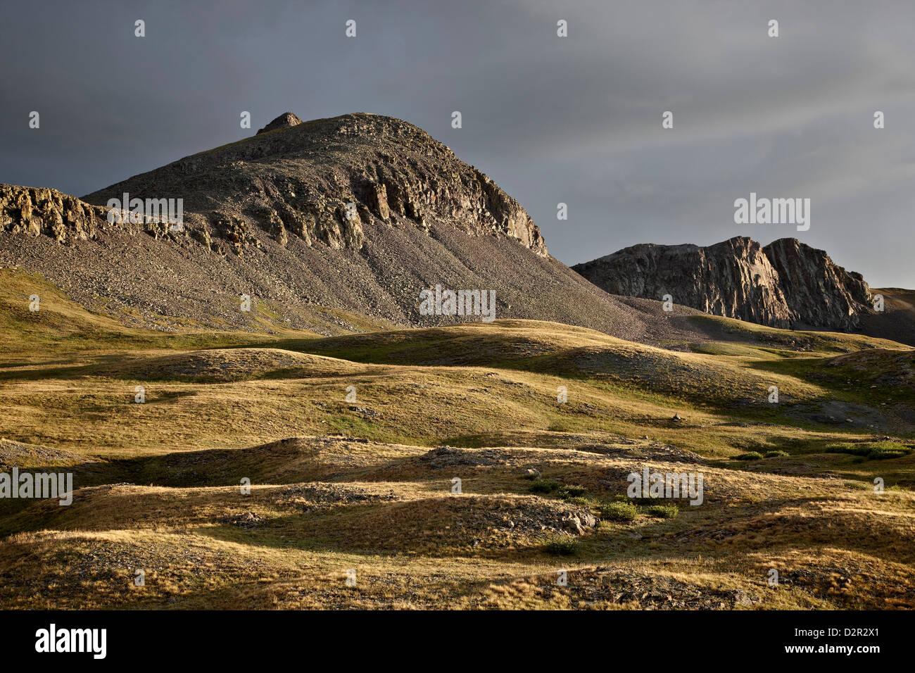 Colli alpini e le cime frastagliate, Rio Grande Foresta Nazionale, Colorado, Stati Uniti d'America, America Immagini Stock