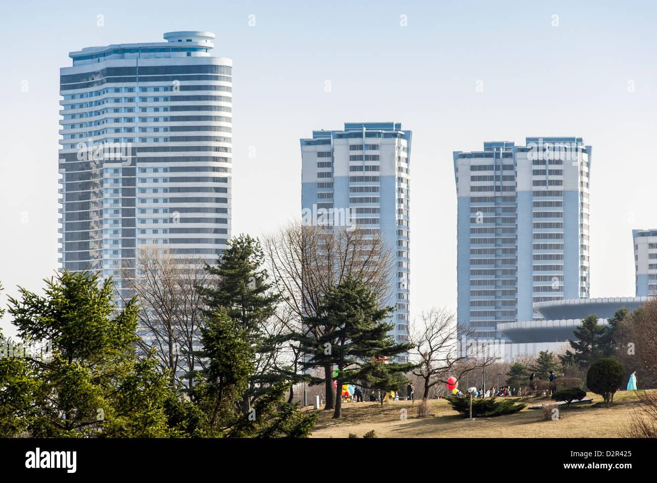 Moderni edifici appartamento nel centro della città, a Pyongyang, Repubblica Popolare Democratica di Corea Immagini Stock
