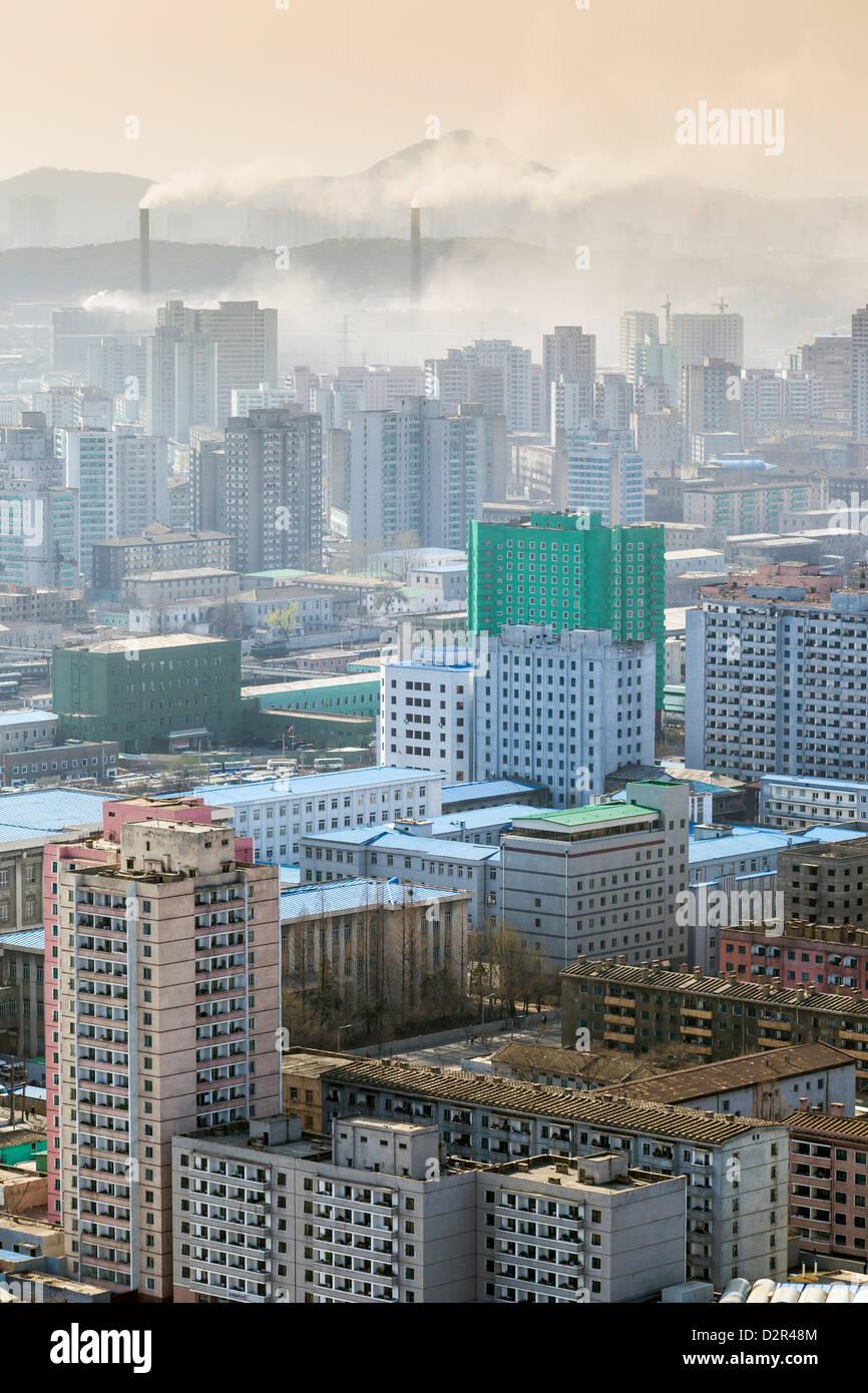 Skyline della città e inquinamento da centrali a carbone, Pyongyang, Corea del Nord Immagini Stock