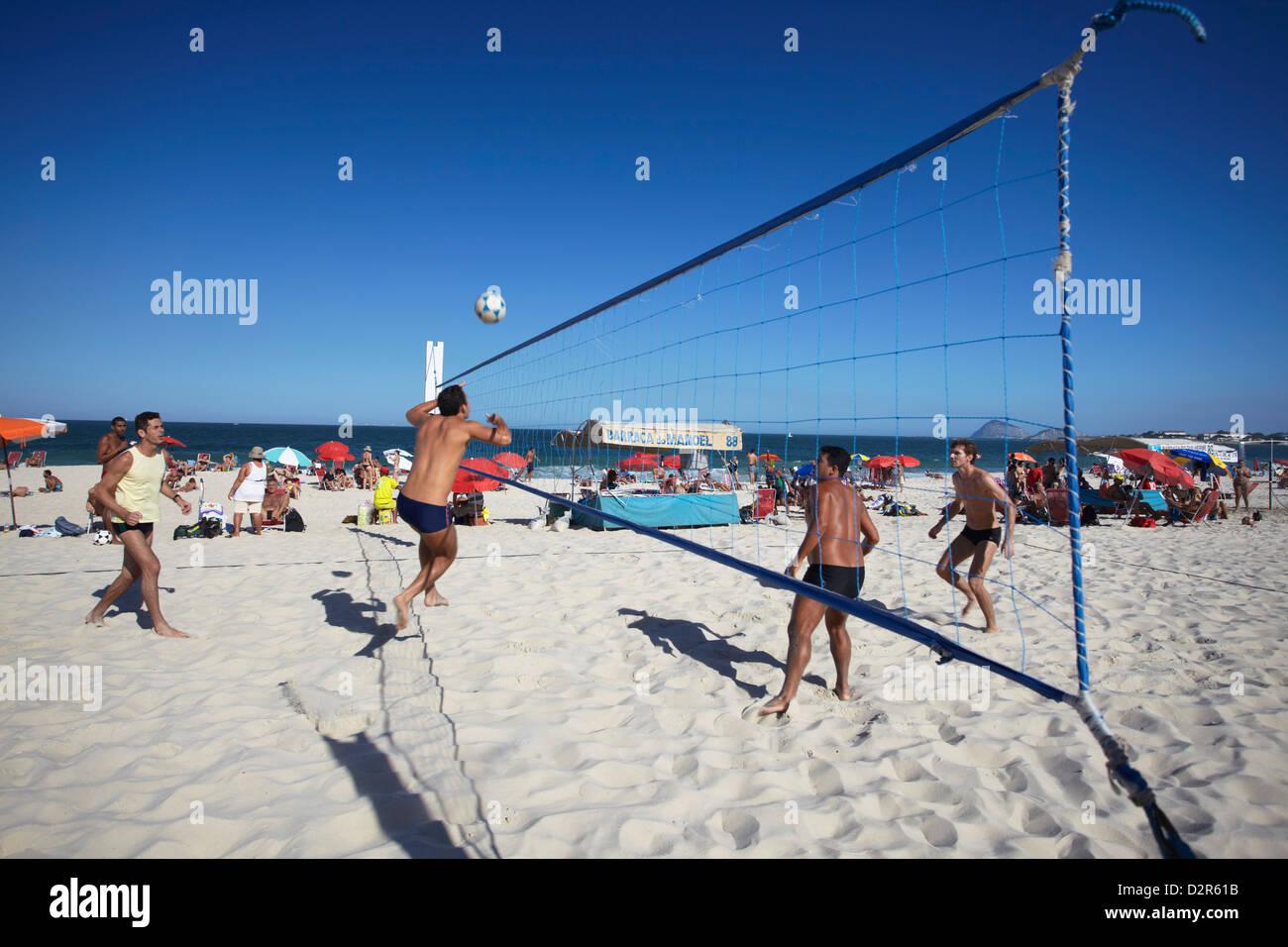 Gli uomini la riproduzione di foot volley (futevolei) sulla spiaggia di Copacabana, Rio de Janeiro, Brasile, Sud Immagini Stock