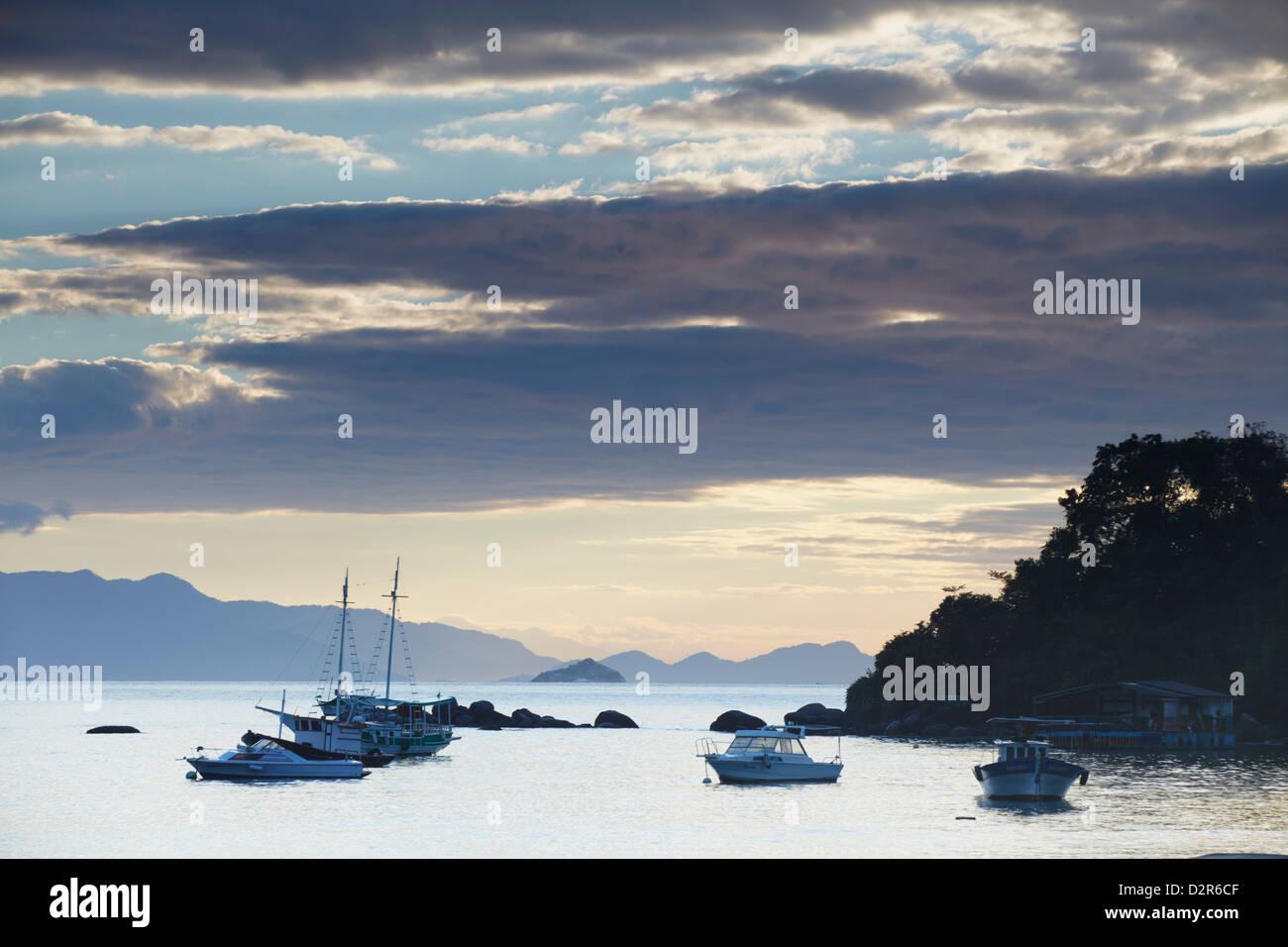 Barche ormeggiate a Vila do Abraao all'alba, di Ilha Grande, Stato di Rio de Janeiro, Brasile, Sud America Immagini Stock