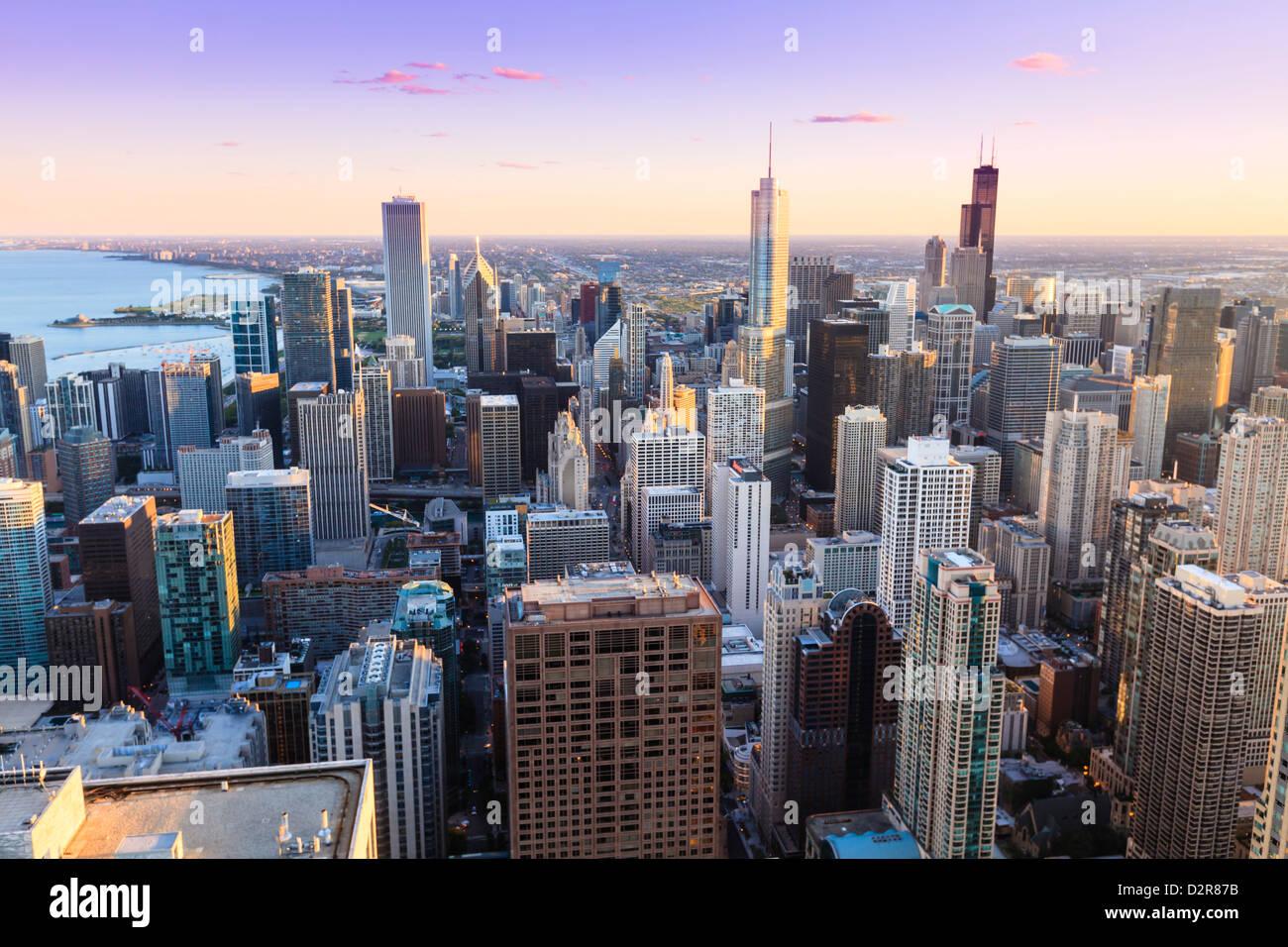 Elevato angolo di vista sullo skyline di Chicago e sobborghi guardando verso sud nel tardo pomeriggio, Chicago, Immagini Stock
