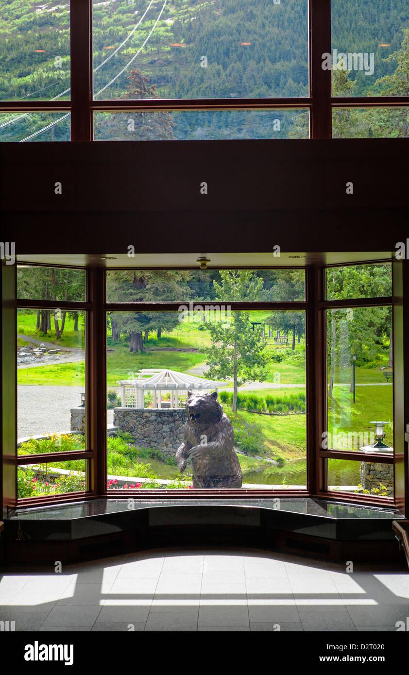 Grandi finestre vista sulle montagne, Aleyaska Resort & Ski Area, Aleyaska, Alaska, STATI UNITI D'AMERICA Immagini Stock