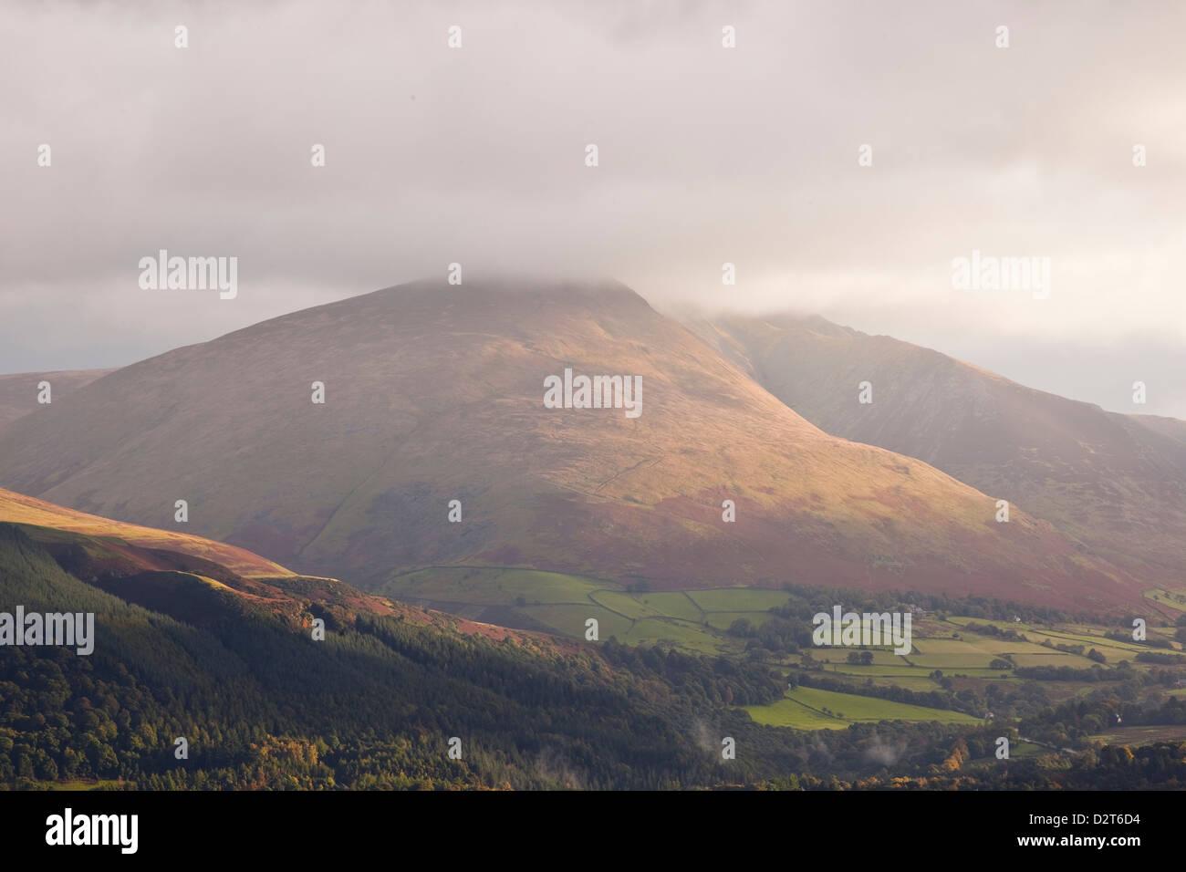 La scesa di Blencartha è illuminato dal sole del mattino, Parco Nazionale del Distretto dei Laghi, Cumbria, Immagini Stock