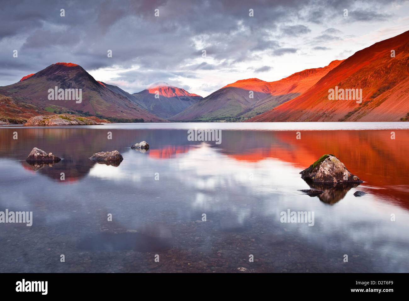 La gamma Scafell attraverso le acque riflettente del Wast Water nel Parco Nazionale del Distretto dei Laghi, Cumbria, Immagini Stock