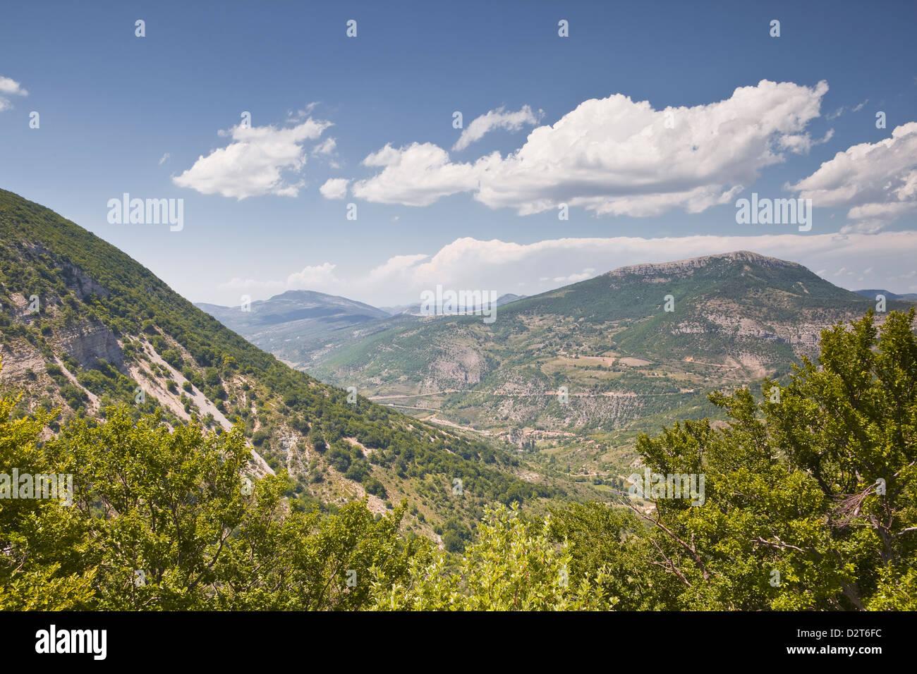 Guardando verso la zona delle Montagne du Buc in Rhone-Alpes, Francia, Europa Immagini Stock