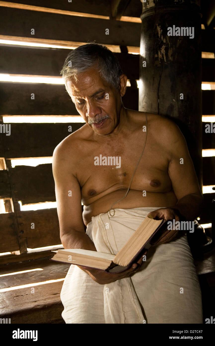 Vedica insegnante legge entro il Madham Vadakke Brahmaswam a Thrissur, Kerala, India. Immagini Stock