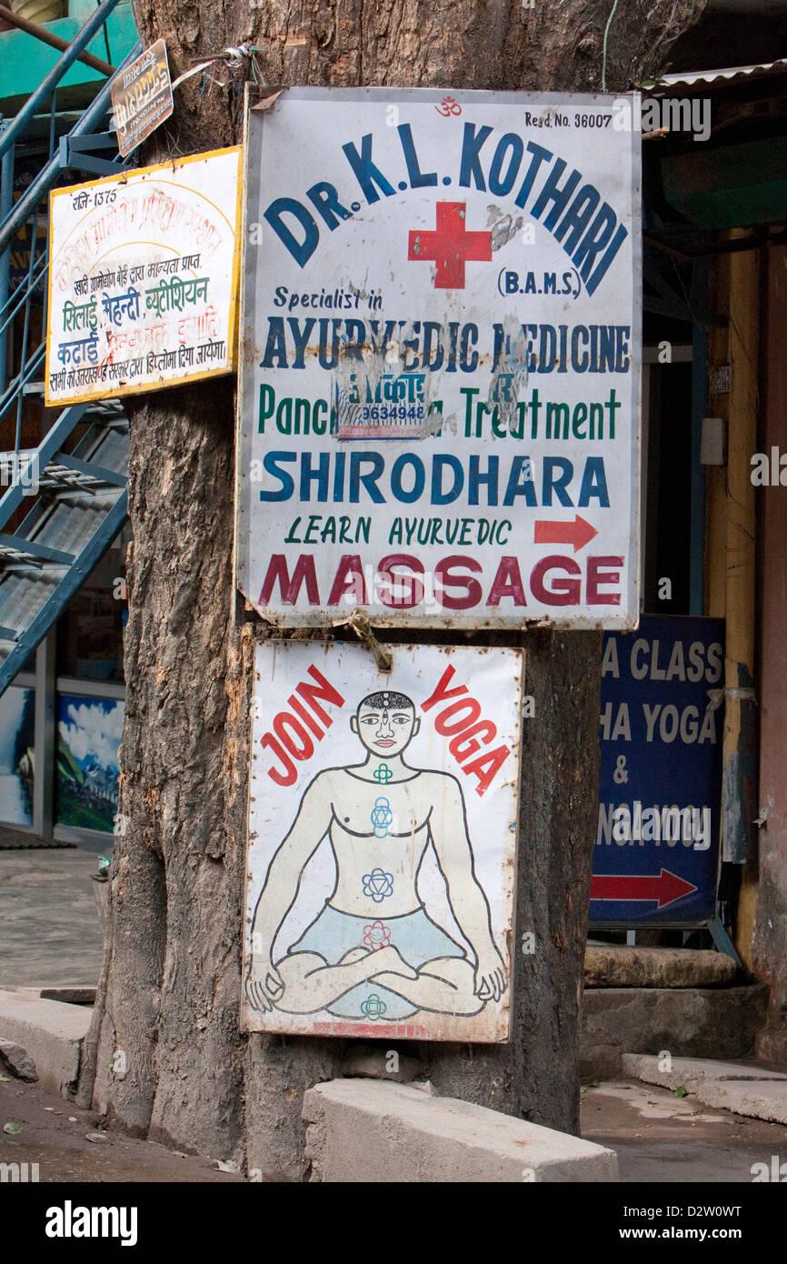 India, Rishikesh. Lezioni di yoga, medicina ayurvedica annunci pubblicitari. Immagini Stock