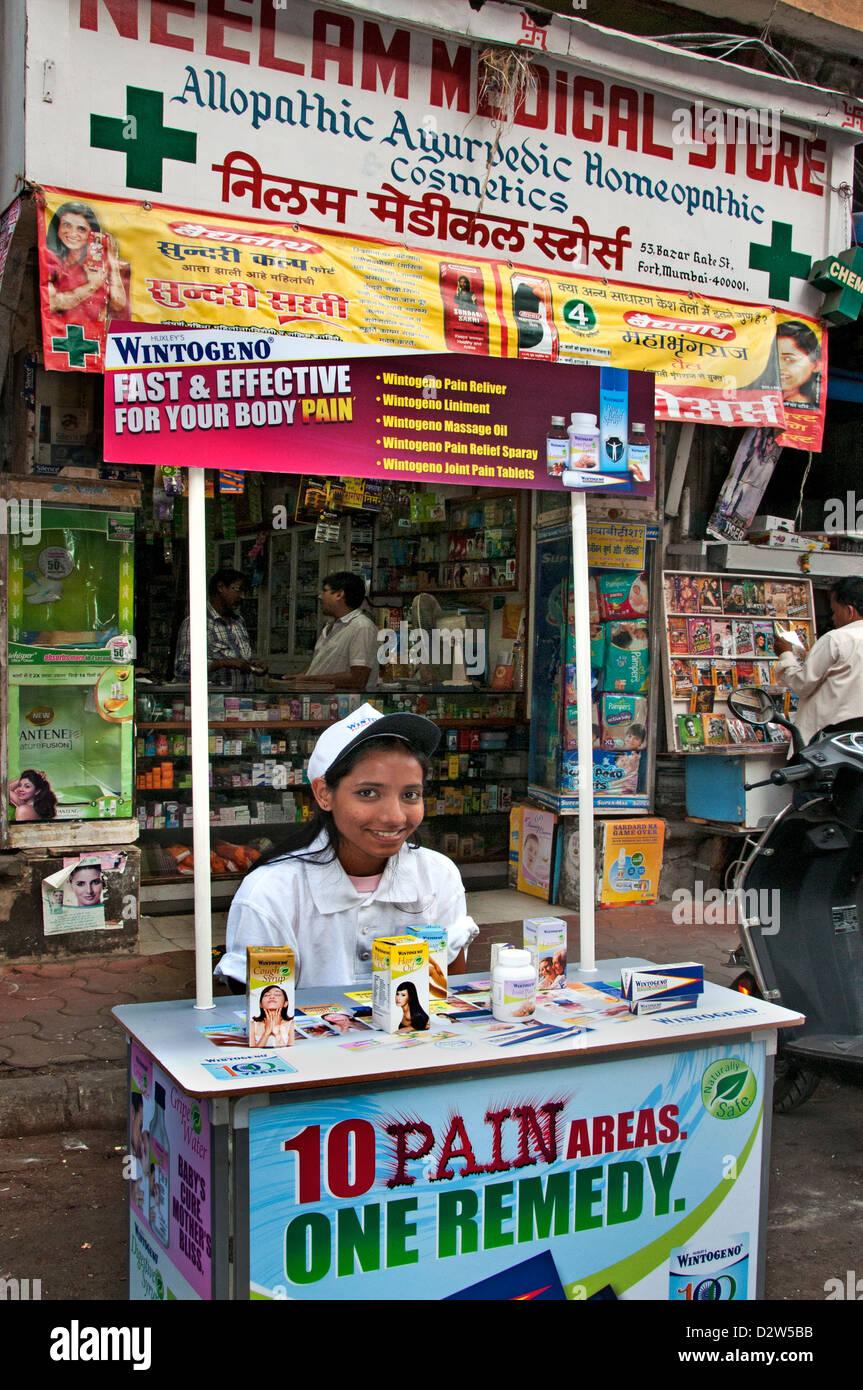 Fort Mumbai ( Bombay ) India farmacia ragazza giovane Immagini Stock