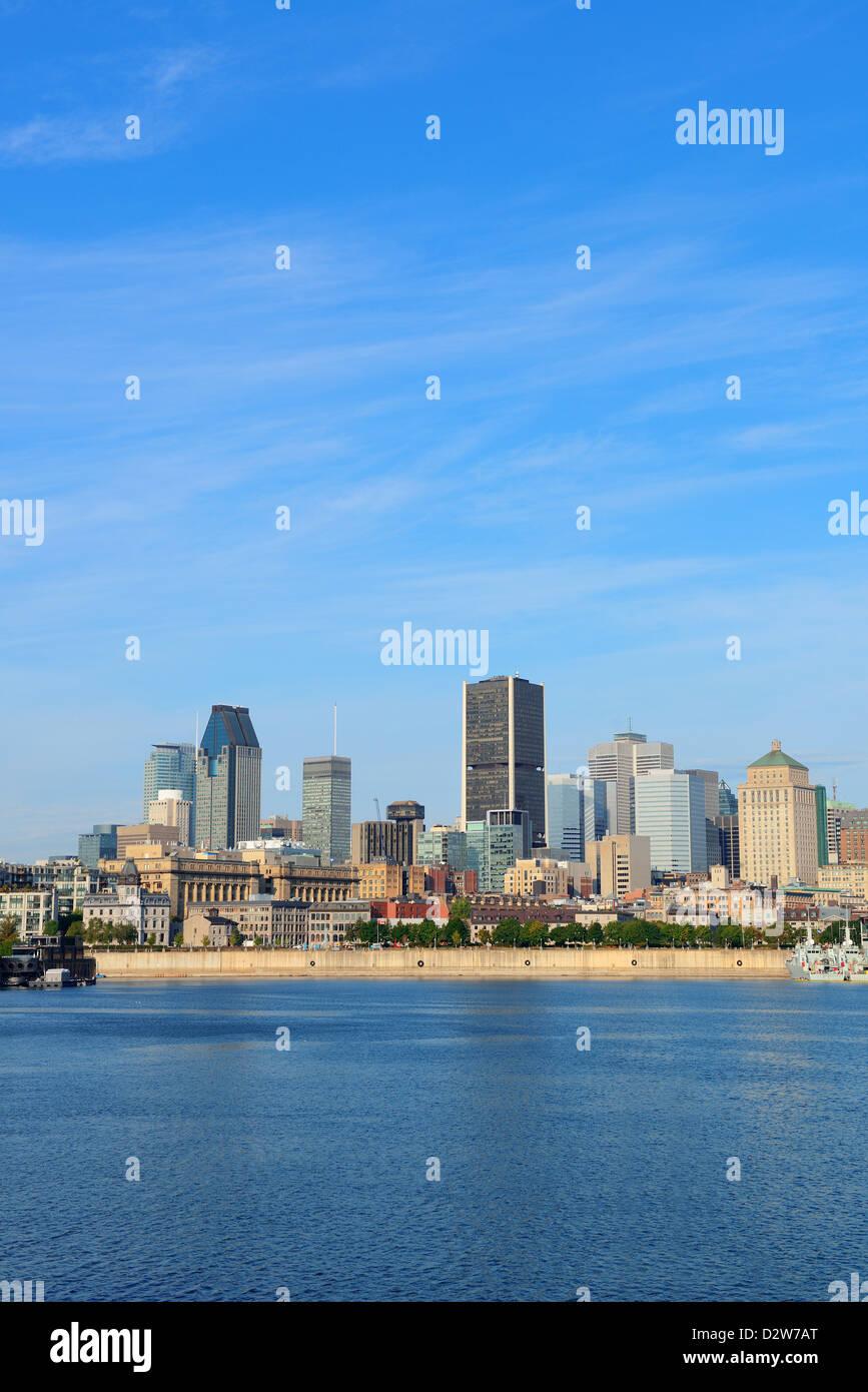Montreal skyline della città oltre il fiume nella giornata con edifici urbani Immagini Stock