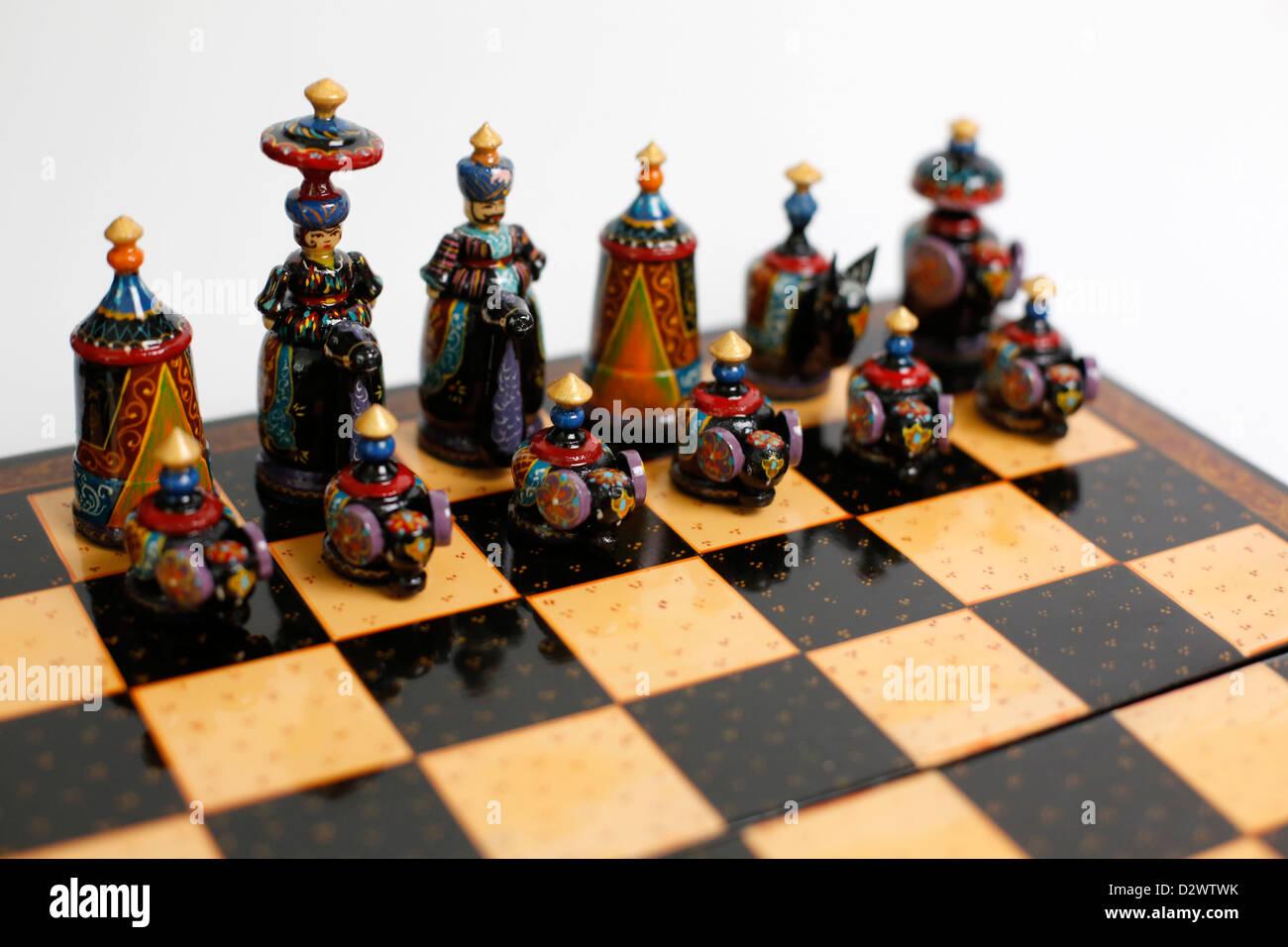 I pezzi su una scacchiera tagiko Immagini Stock