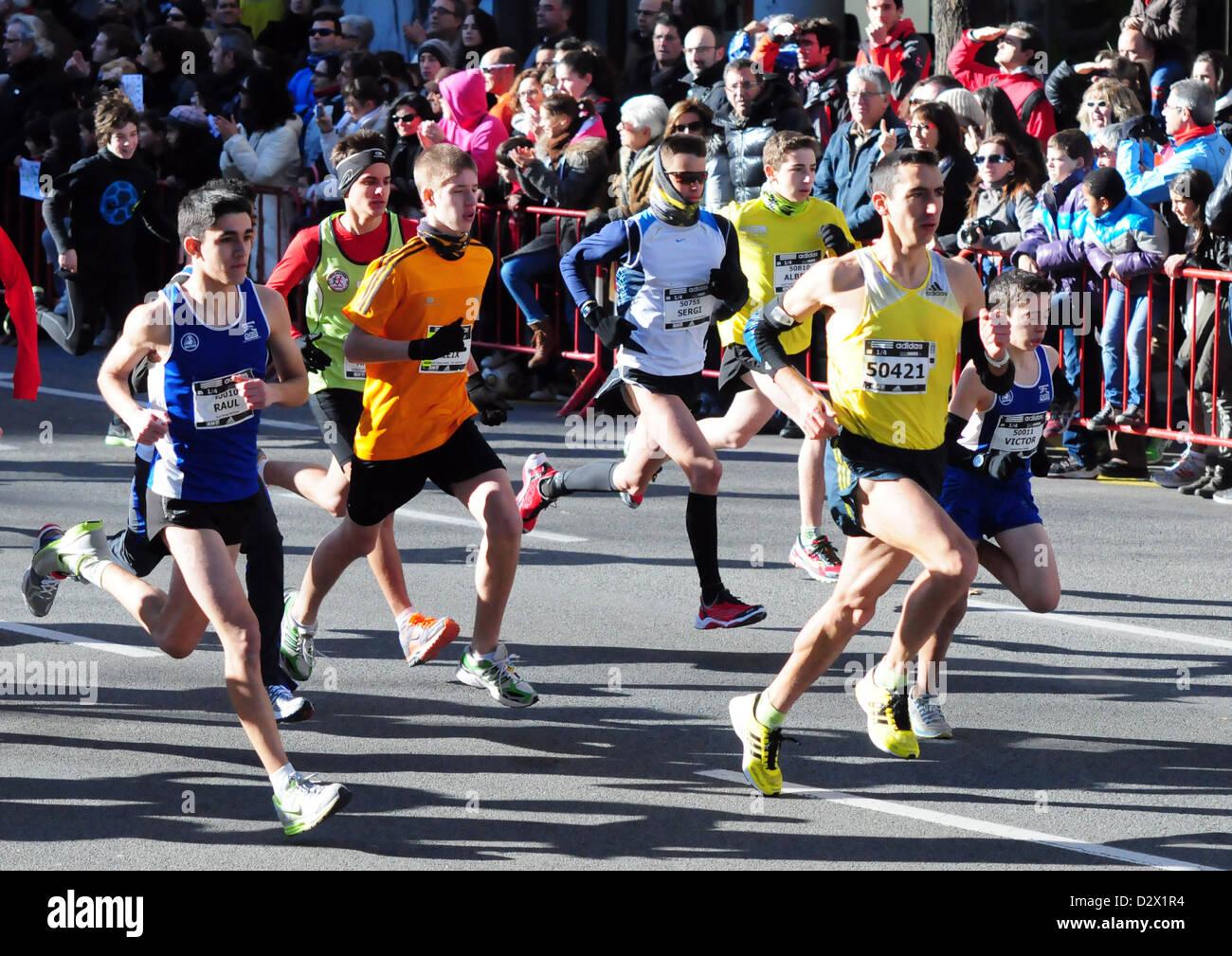 Mitja- mezza maratona Granollers (Barcellona, Spagna. Feb 3rd, 2013) Antonio Casado (in giallo #50421), ex 1500m Immagini Stock