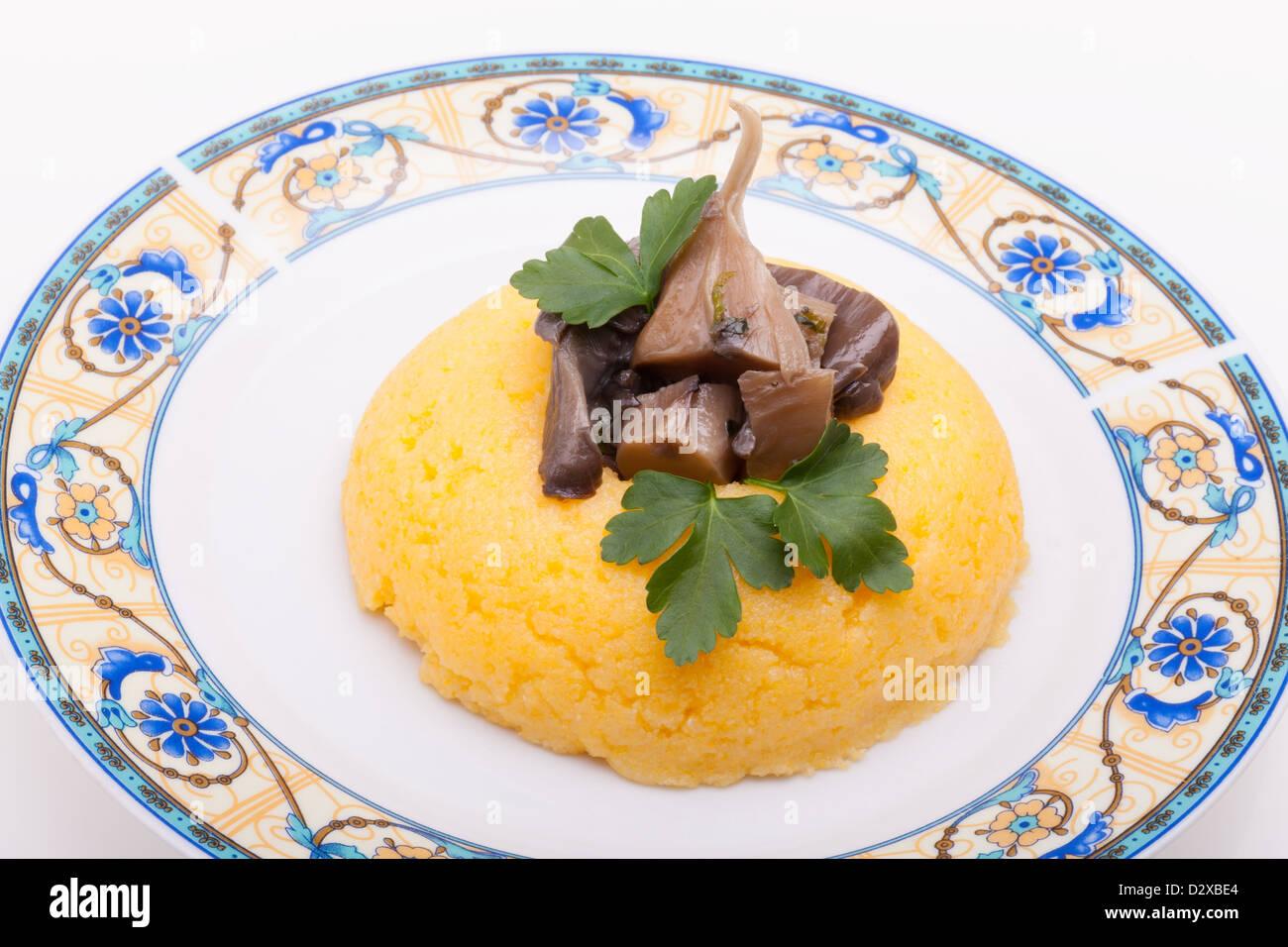 Funghi sulla polenta di mais Immagini Stock