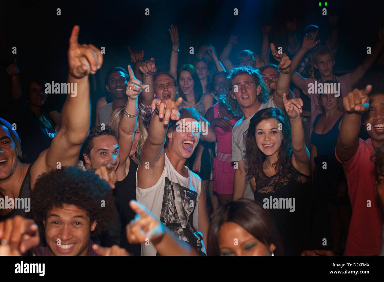 La folla entusiasta il tifo in concerto Immagini Stock
