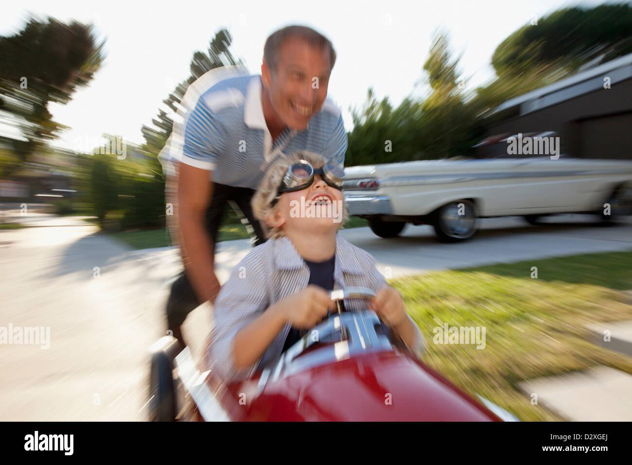 Time Lapse vista del padre figlio di spinta in go cart Immagini Stock