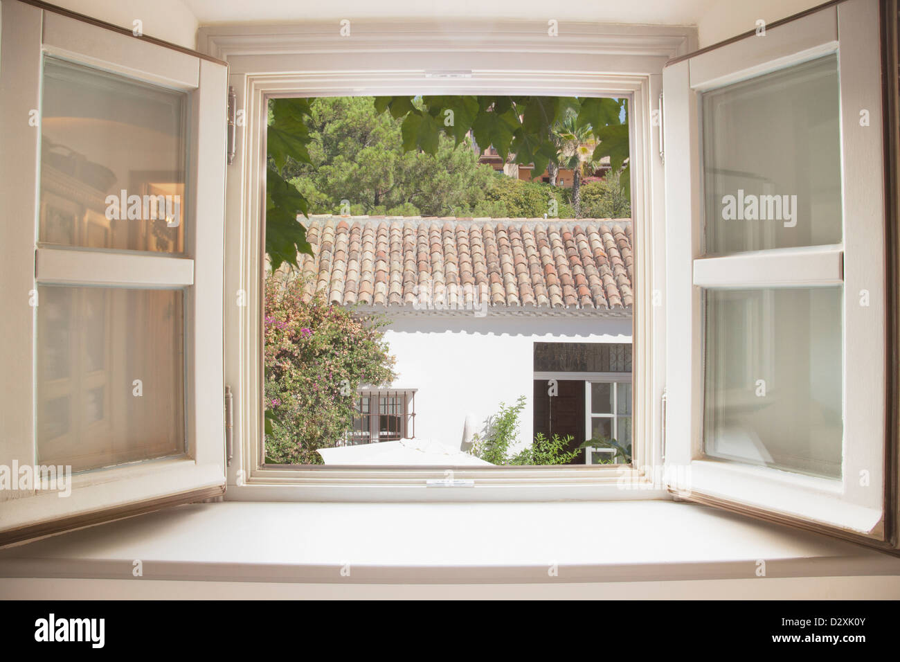Sole che splende attraverso la finestra della cucina Foto & Immagine ...