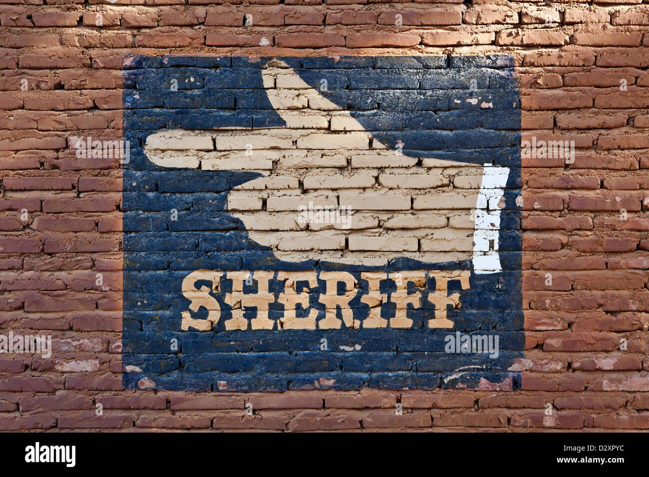 Una parete di mattoni con un cassetto di una mano verso il sceriffo office Immagini Stock