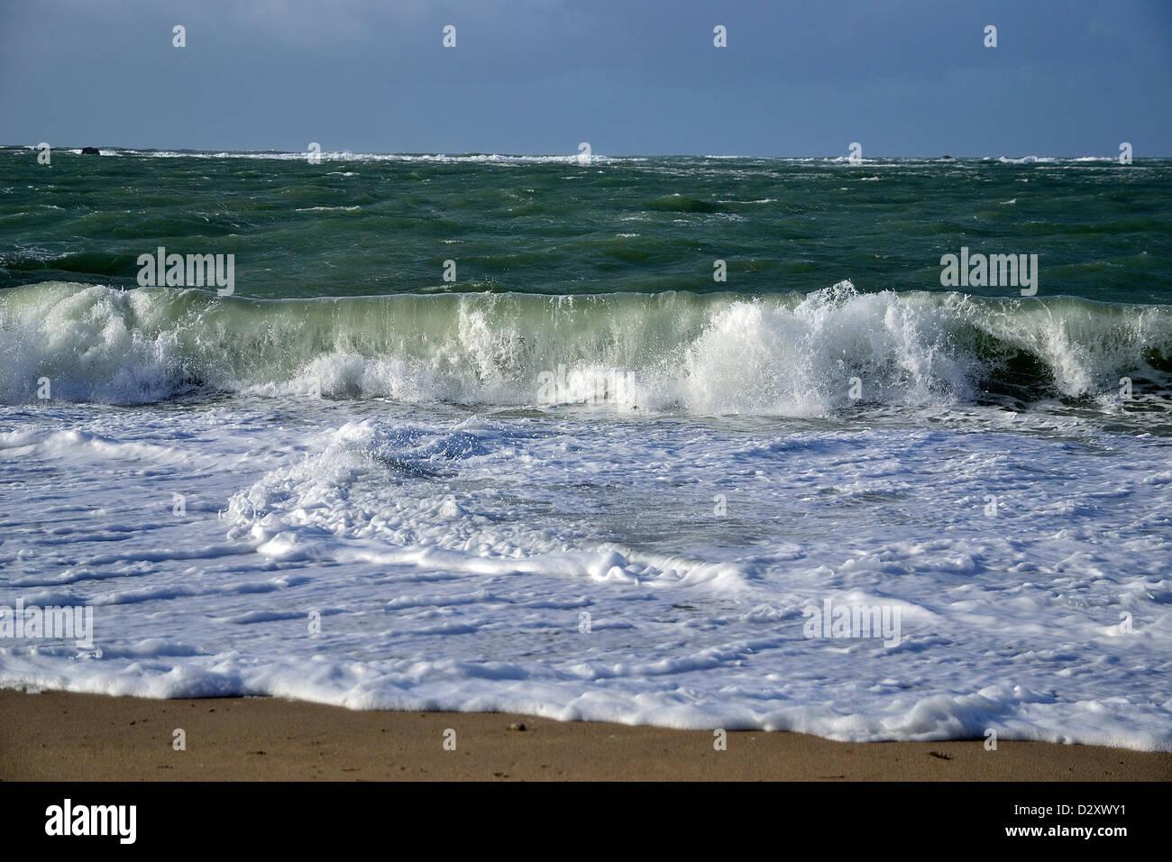 Risacca, nel diluvio di marea, onde, e oscillante risacca su porta shingle Blanc beach, penisola di Quiberon (Brittany, Foto Stock