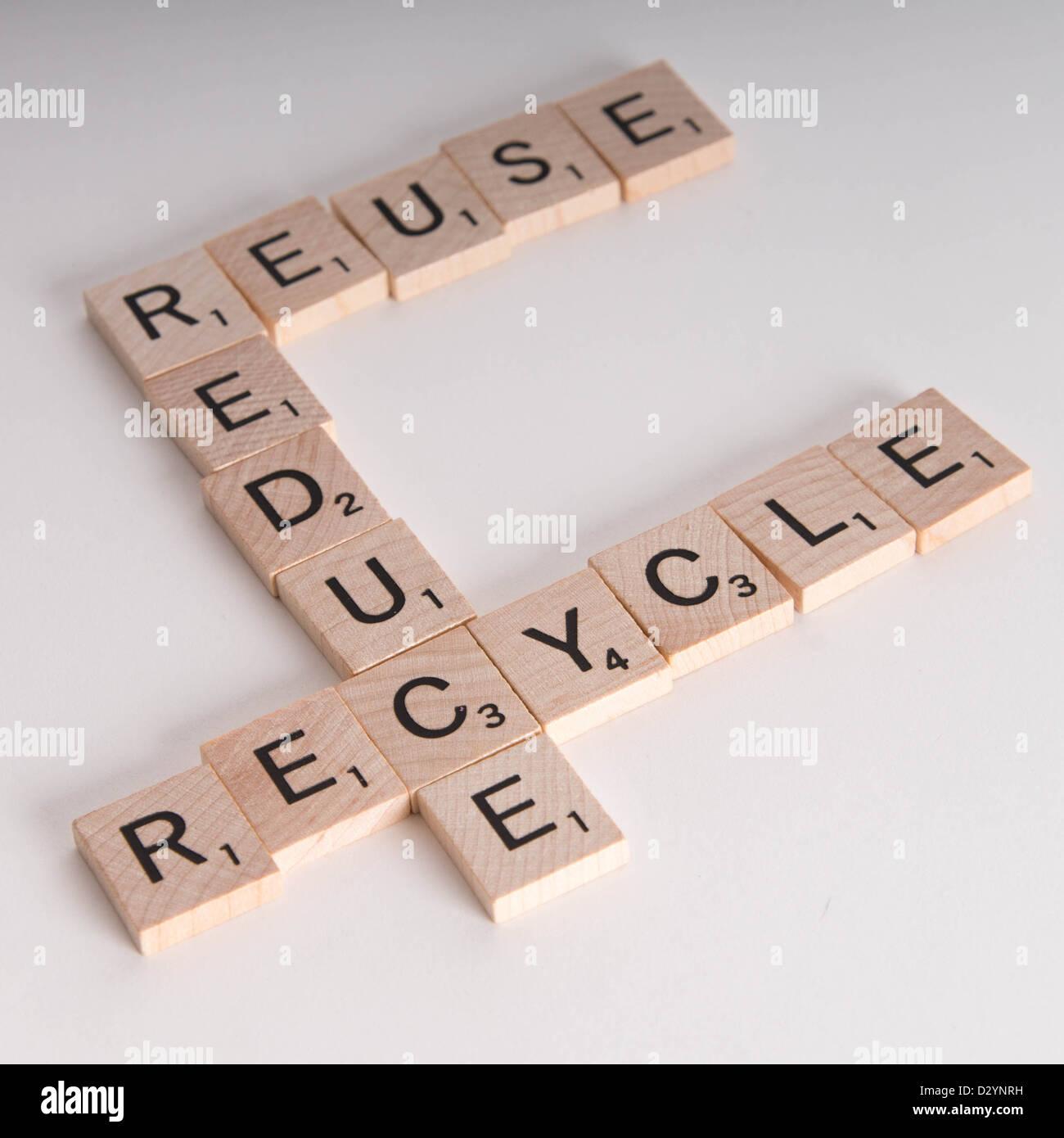 Ridurre, riutilizzare e riciclare il concetto. Scrabble in legno lettere compitare 'reduce, riutilizzare e riciclare' Immagini Stock